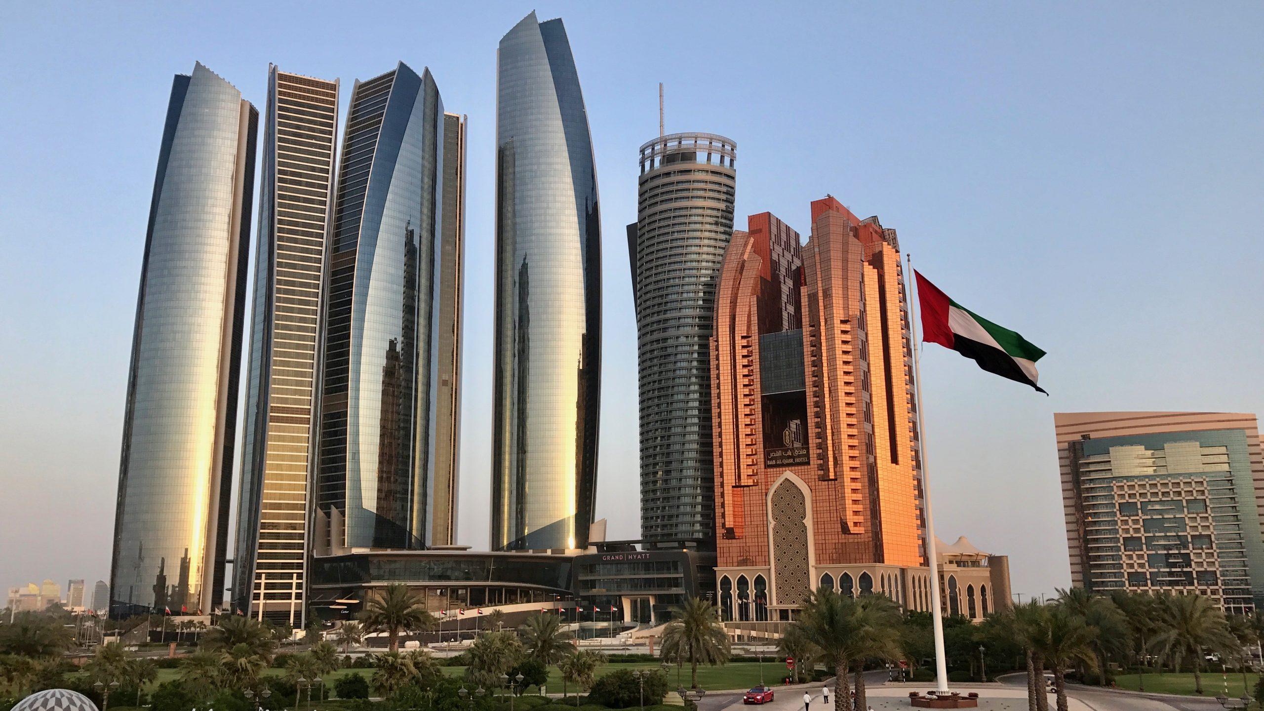 Die fünf Etihad-Türme in Abu Dhabi, eines der Wahrzeichen der Stadt, die bis in 305 Meter Höhe aufragen im Sonnenuntergang besonders schön.