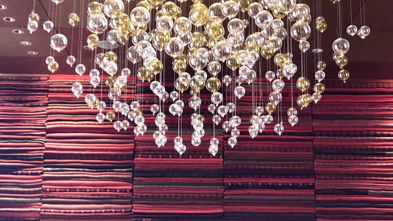 Im Restaurant des The Ritz-Carlton in Abu Dhabi, mit dem chinesischen Namen Li Jiang (am schönen Fluss) bezieht sich auf die Lage des Resorts am Grand Canal, wird viel Wert auf das Design gelegt. Lampe im Hintergrund rote Decken als Wandverkleidung