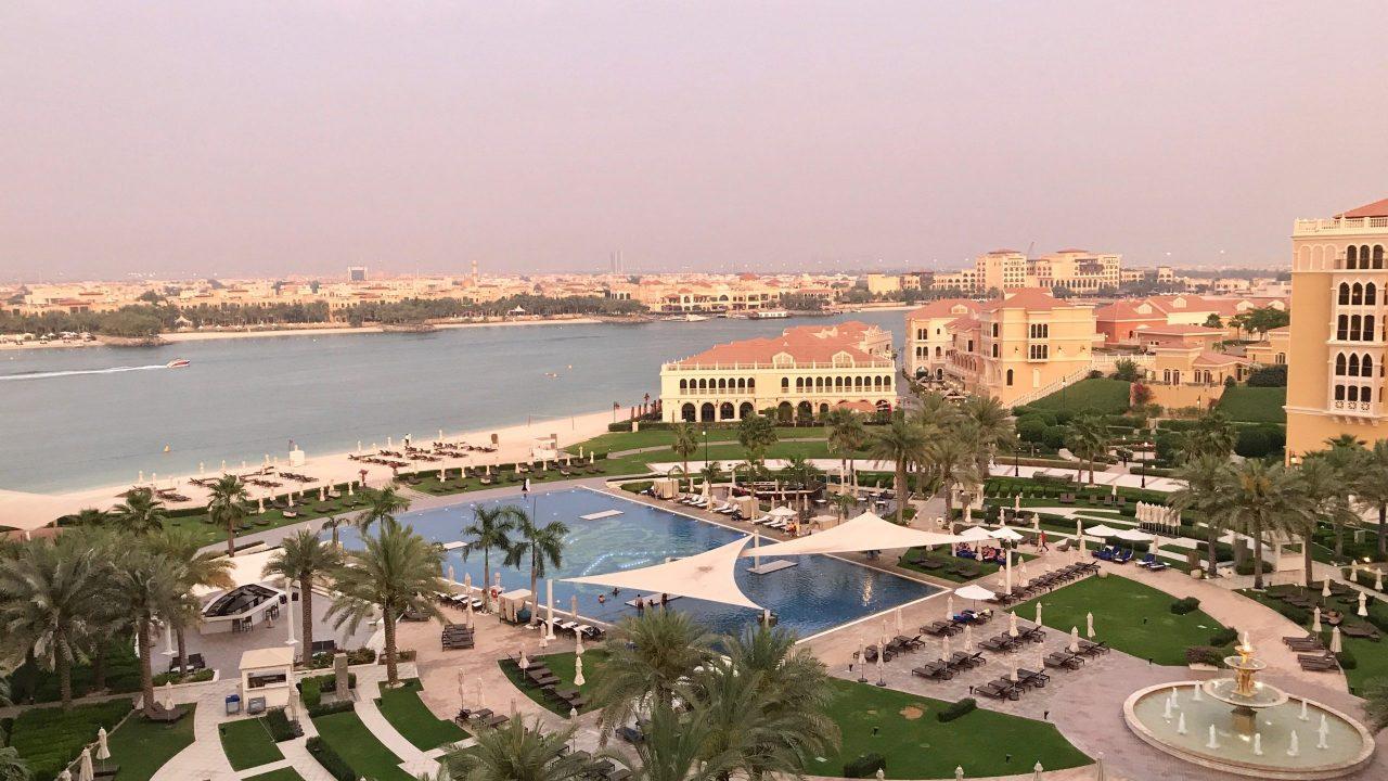 Luxushotel The Ritz-Carlton Abu Dhabi großzügige Garten- und Poollandschaft für Strandliebhaber im Sonnenuntergang. Grand Canal und Sandstrand landen zum Baden ein.