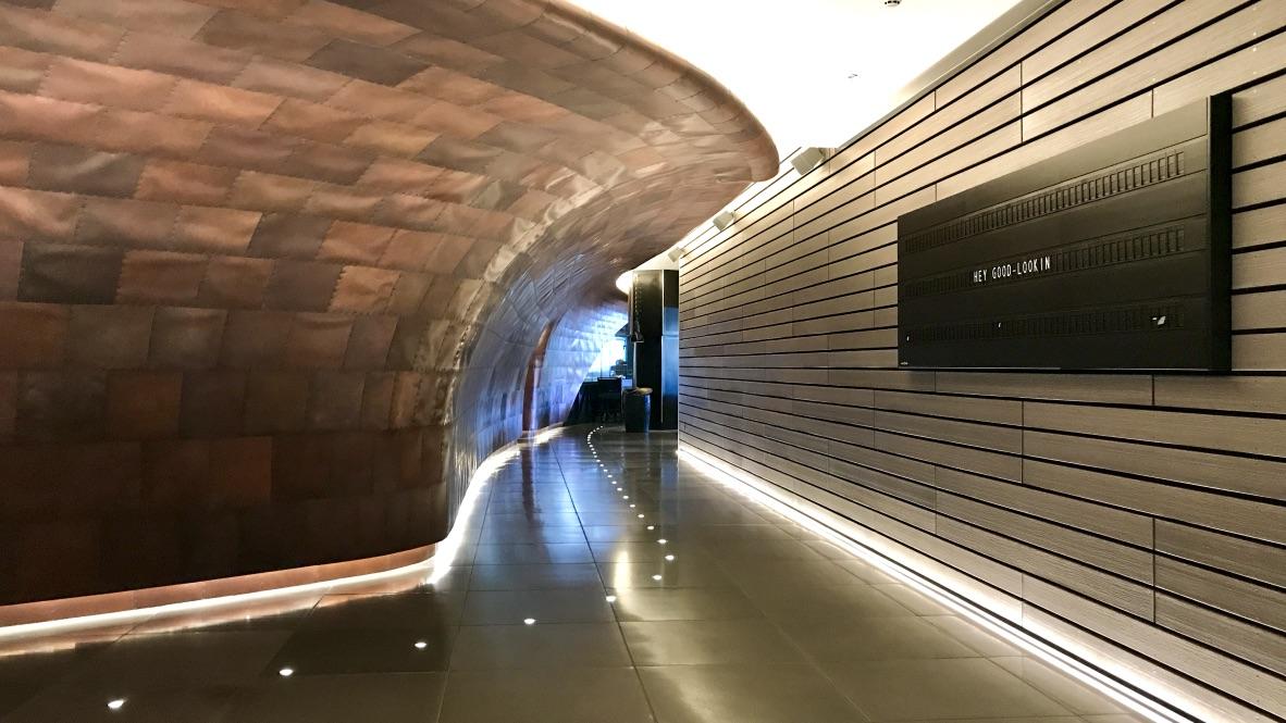 Hotel Mondrian Lobby im Style eines Kreuzfahrtschiffs mit gigantischen Schrauben als Dekoration. Am Empfang wartet ein Mitarbeiter zum Check-in.