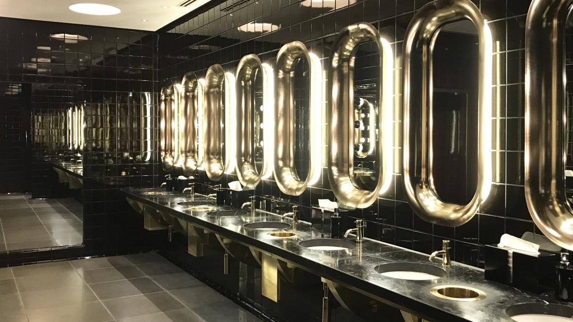 Hotel Mondrian Restroom im Style eines Kreuzfahrtschiffs. Unzählige beleuchtete Spiegel vermitteln dir das Gefühl auf einer Kreuzfahrt zu sein.