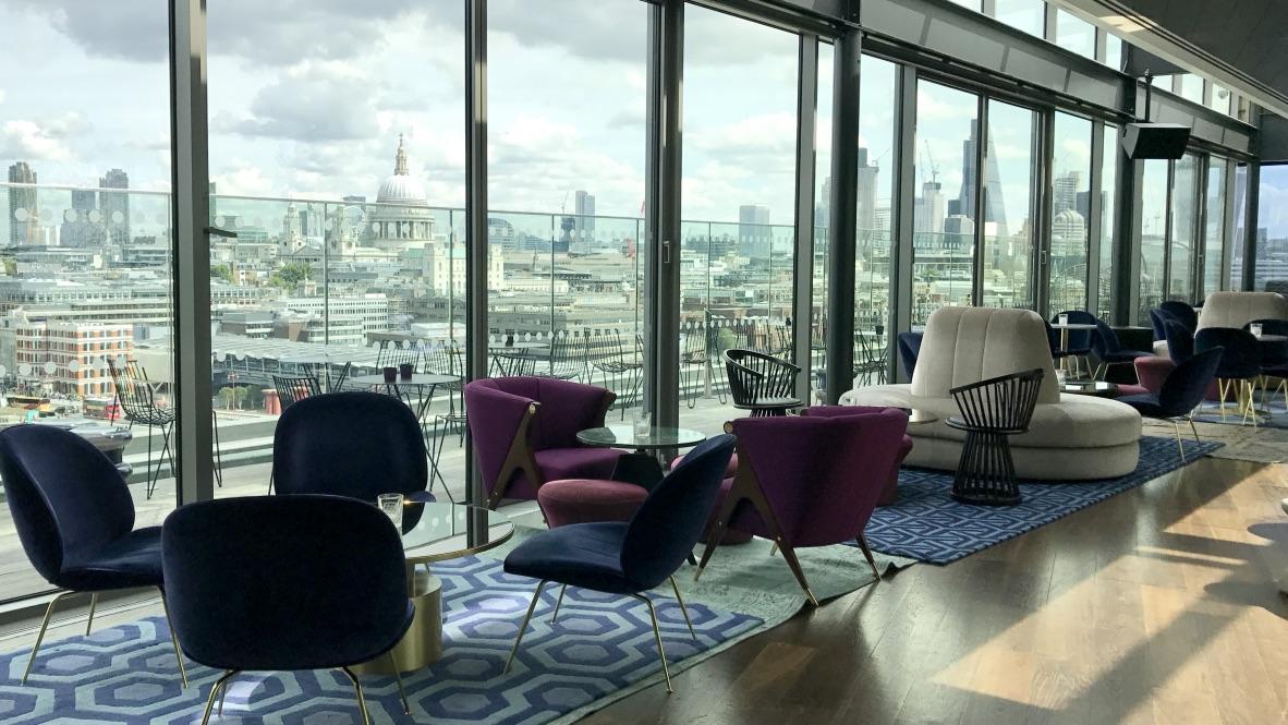 Hotel Mondrian Rumpus Room, eine Rooftop Bar im Style der 1920-er Jahre. Vielzahl an Samtsesseln und Sitzgelegenheiten in blau, grün, dunkelrot laden zum Entspannen ein. Ein luxuriöses Design. Und der Blick aus dem endlosen Panoramafenster über die Dächer von London grandios.