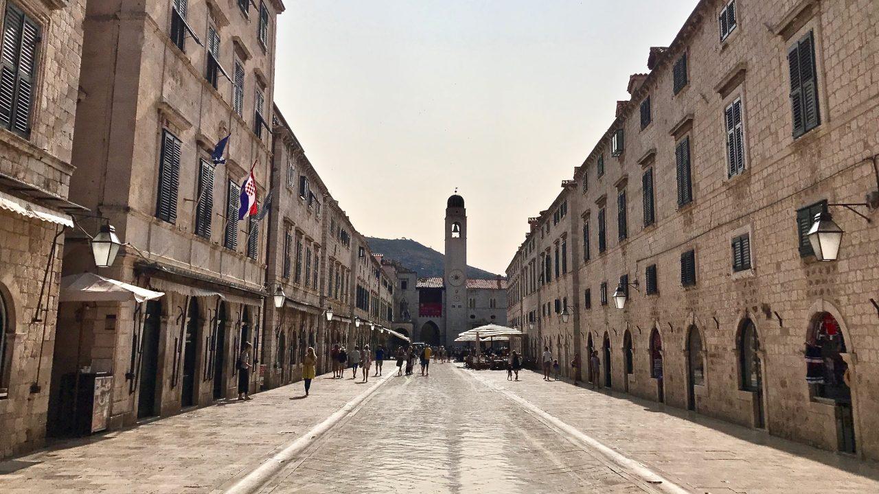 Dubrovnik Altstadt links und rechts die mittelalterlichen Häuser in der Mitte die Promenade. Am frühen Morgen sonnigen ist es hier besonders schön, nur wenige Menschen sind unterwegs