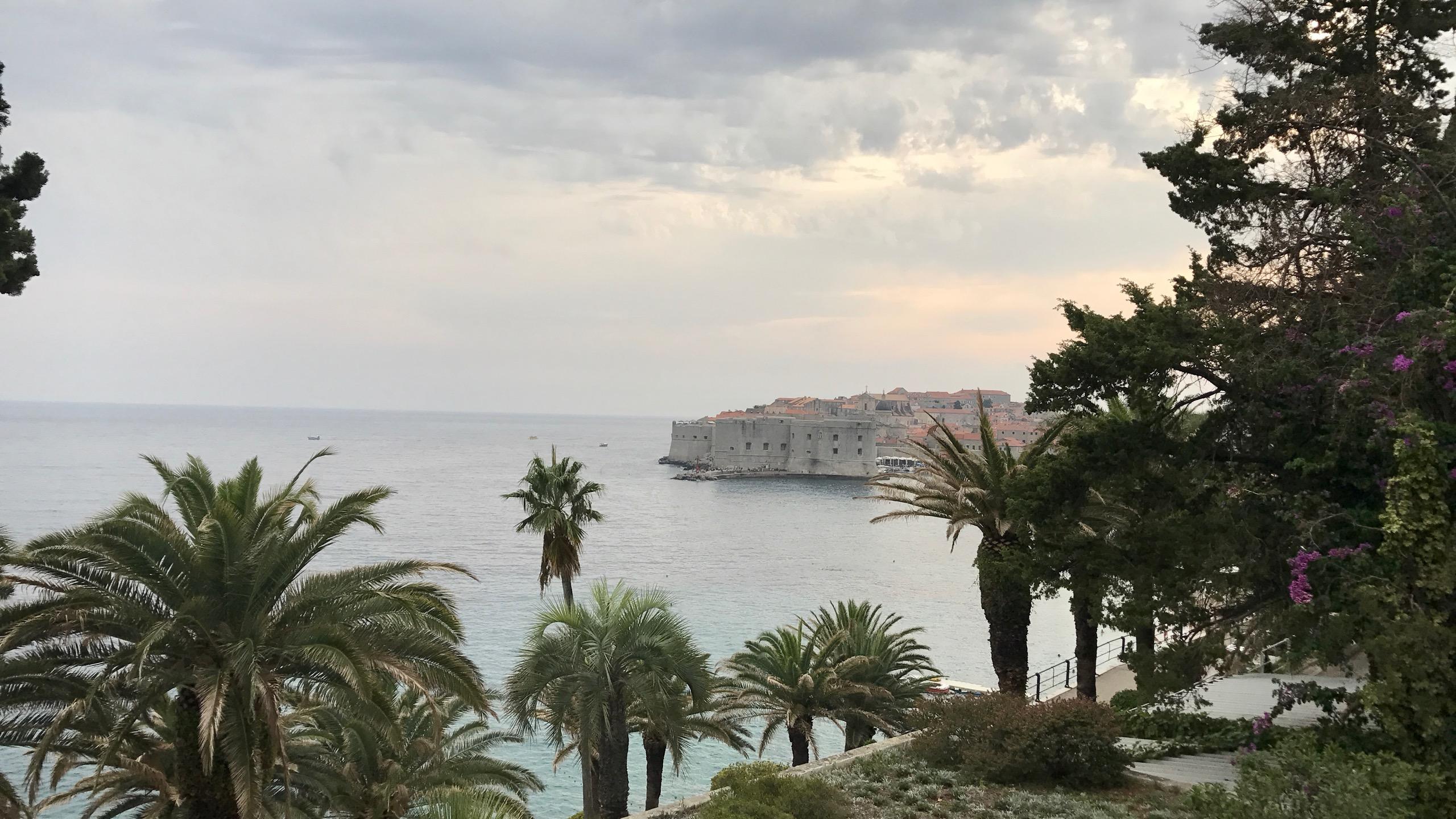 Dubrovnik Altstadt Blick vom Luxushotel Excelsior, im Bild der Blick auf die Altstadt, türkisblaue Adria, umrahmt von unzähligen Palmen und Blumen