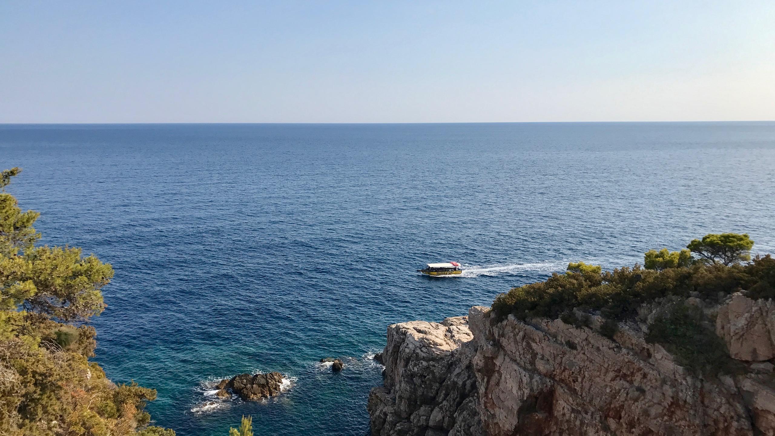 Natur Insel Lokrum unweit von Dubrovnik, steile Felsen in üppiger grüner Natur und die blaue Adria soweit das Auge reicht