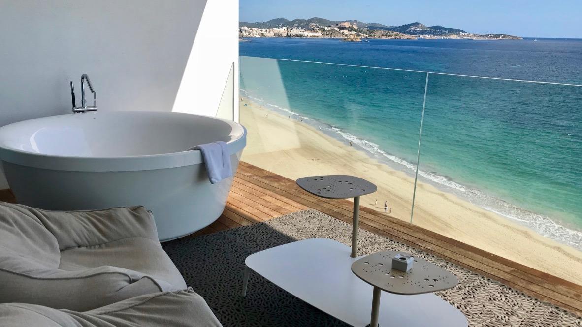 Presidential Suite im Hard Rock Hotel Ibiza. Runde Badewanne auf der überdimensionalen Terrasse. Blick von der Badewanne aus zum endlosen Meer und Ibiza Stadt.