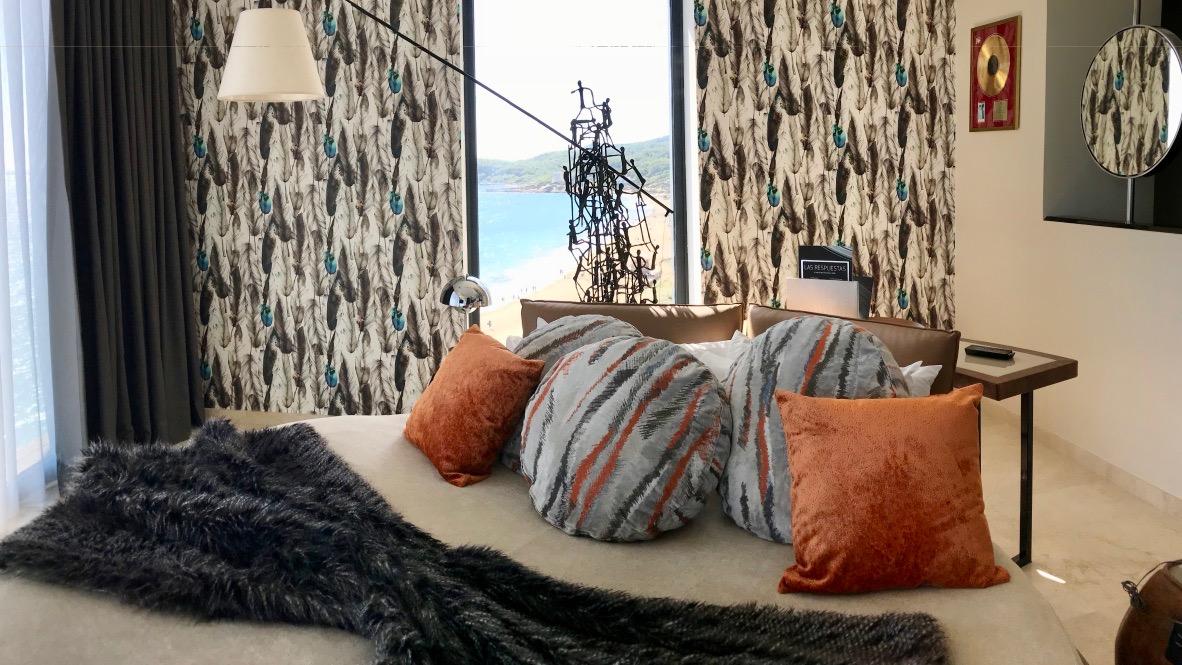 Schlafen und träumen wir ein Rock-Star, natürlich im runden Bett der Presidential Suite im Hard Rock Hotel Ibiza. Rundes Bett, extravagante Kissen und Vorhänge. Und Blick auf den Strand.