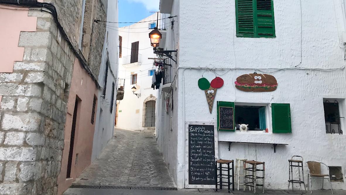 Ibiza Altstadt mit schmalen steilen Gassen und einem wunderbaren Cafe mit Speisetafel außen