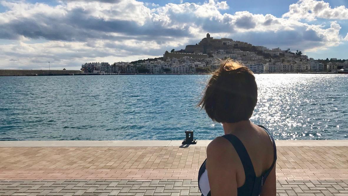 Von der Marina Botafach geht der Blick über das blaue Meer auf die Altstadt von Ibiza, die Aussicht ist grandios!