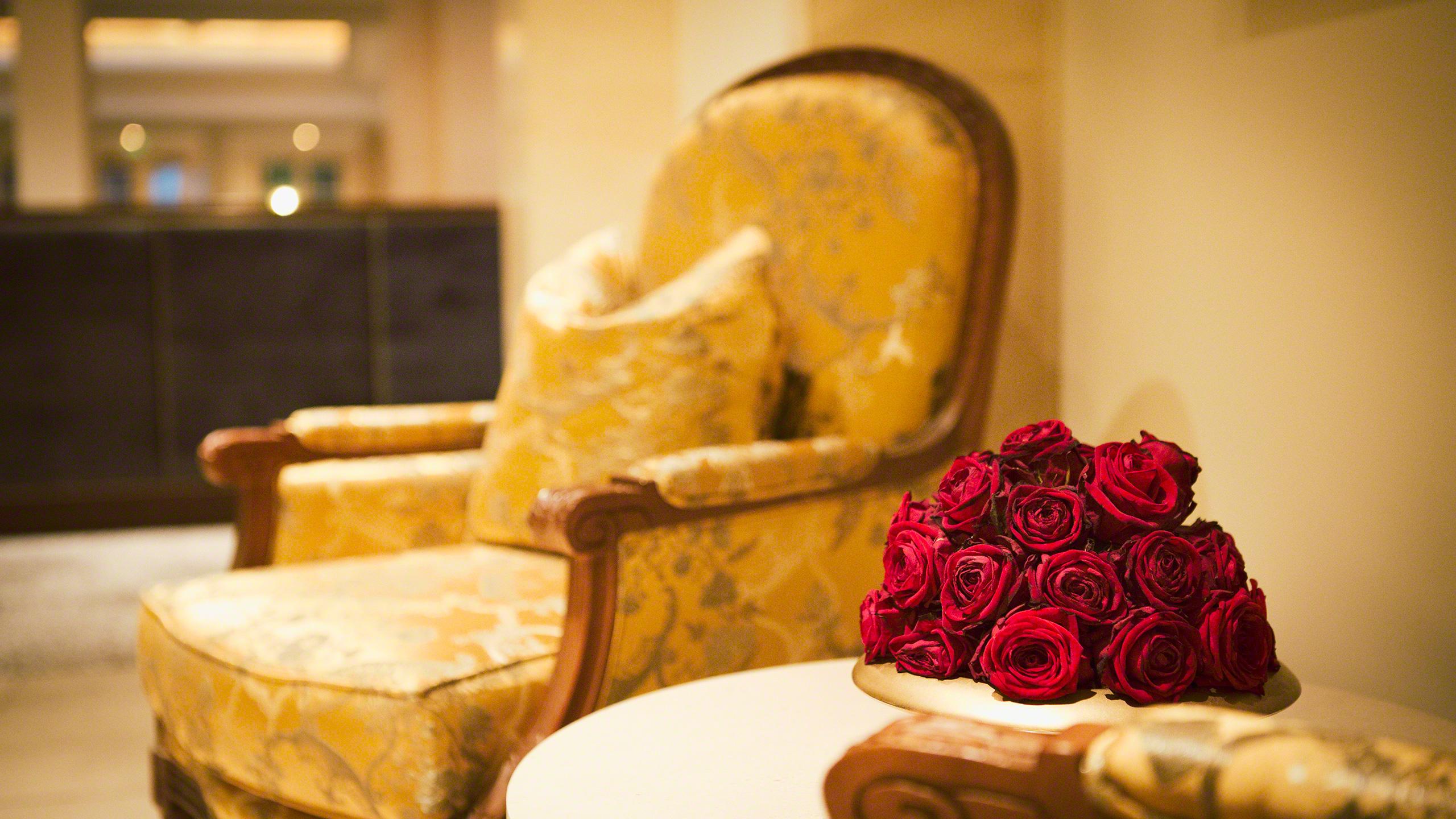Luxushotel Adlon Kempinski Berlin Blumen im Foyer des Restaurants Lorenz Adlon