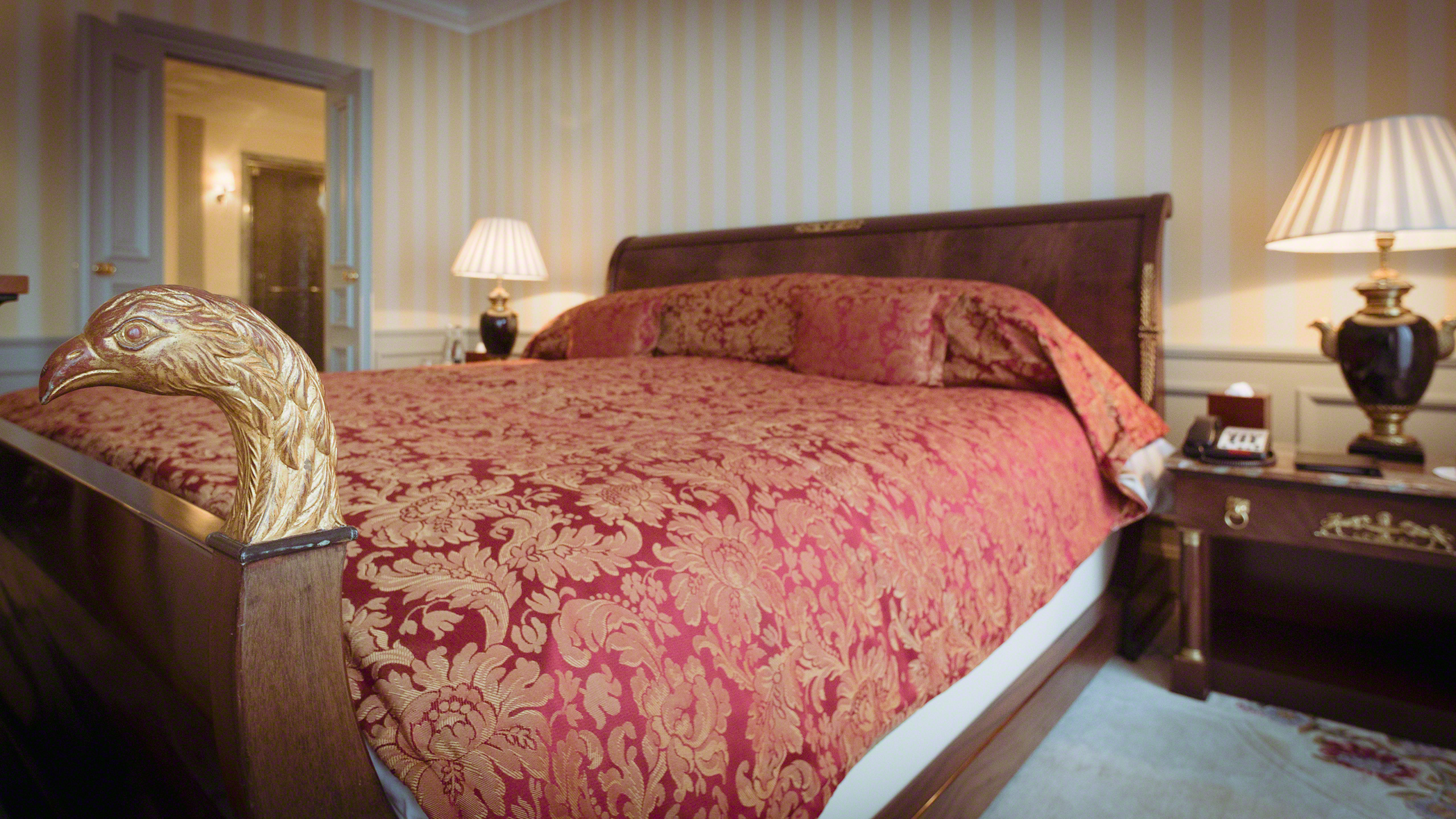Luxushotel Adlon Kempinski Berlin Royal Suite Königs Bett
