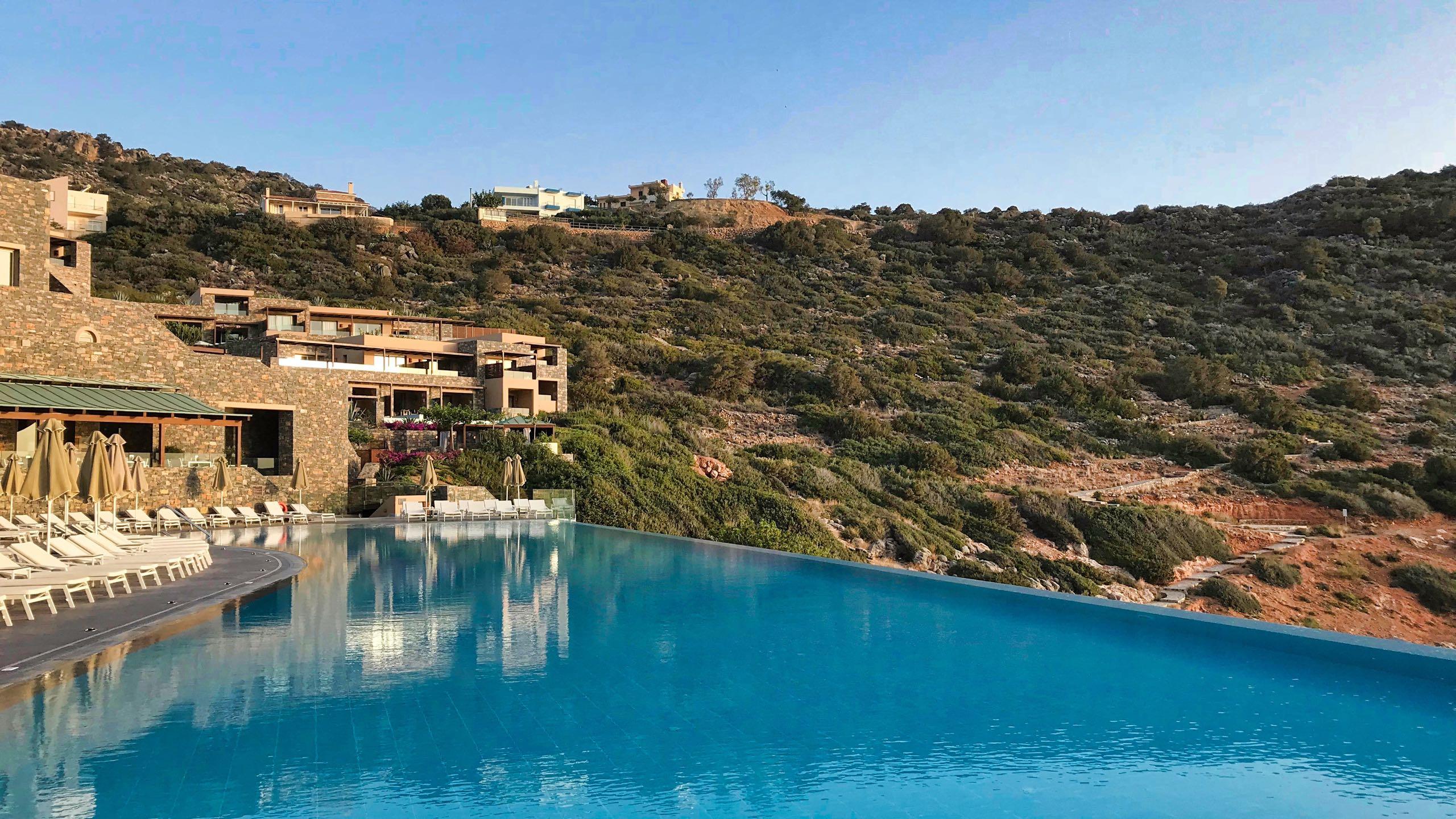 Hotel Daios Cove Kreta Pool und Landschaft