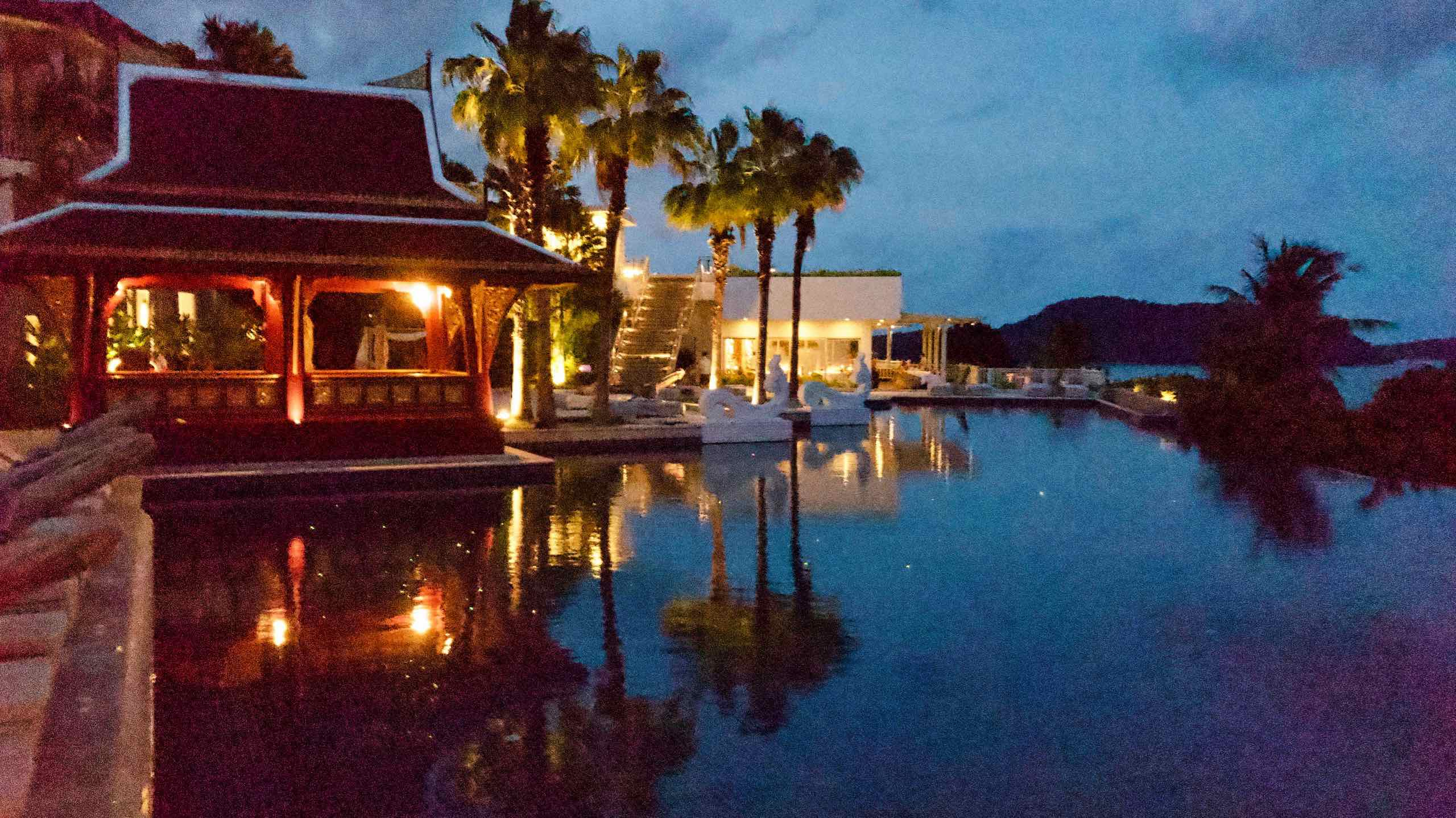 Amatara Wellness Resort Phuket Pool bei Nacht