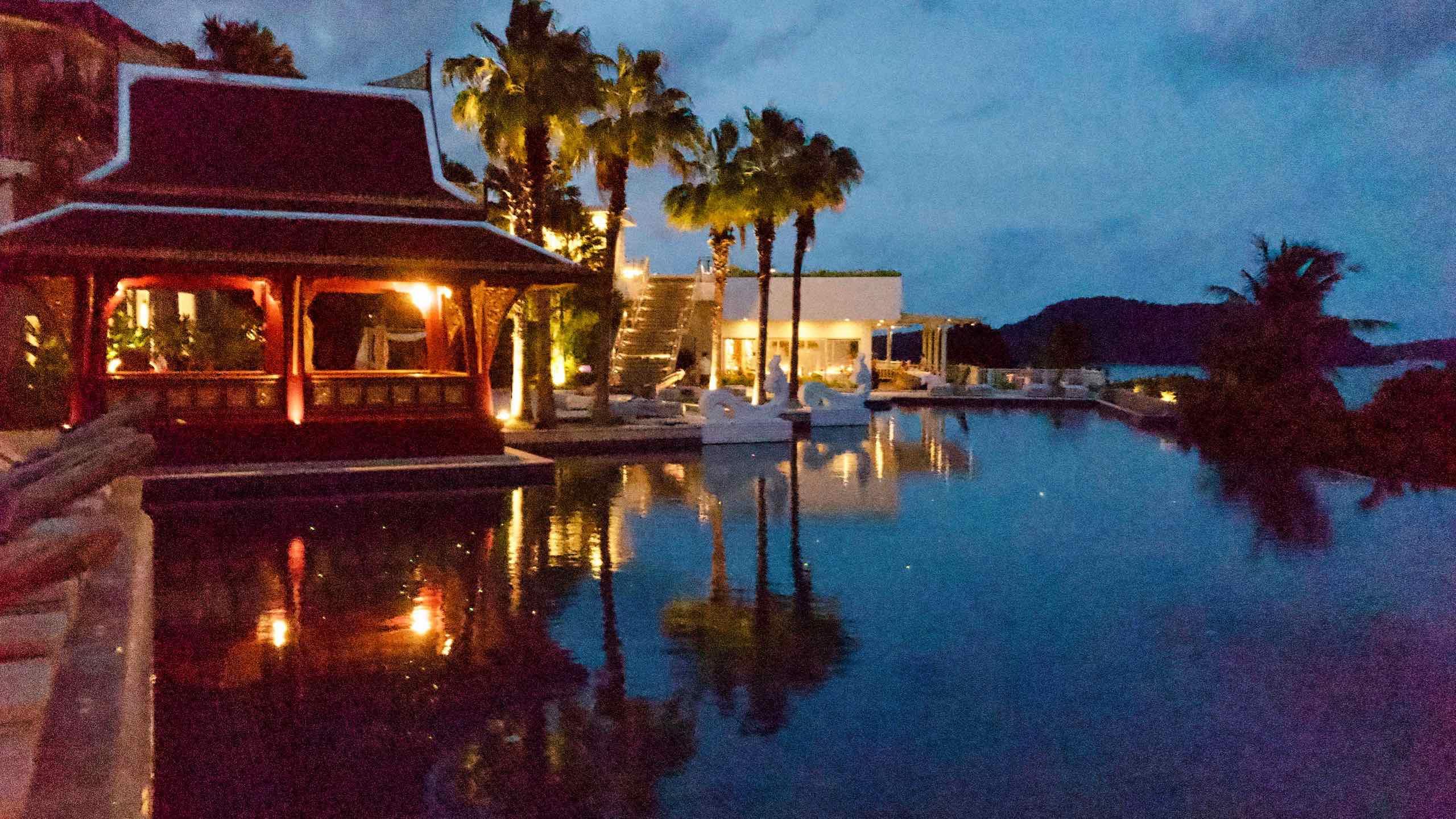 Amatara Wellness Resort Phuket Pool bei Nacht