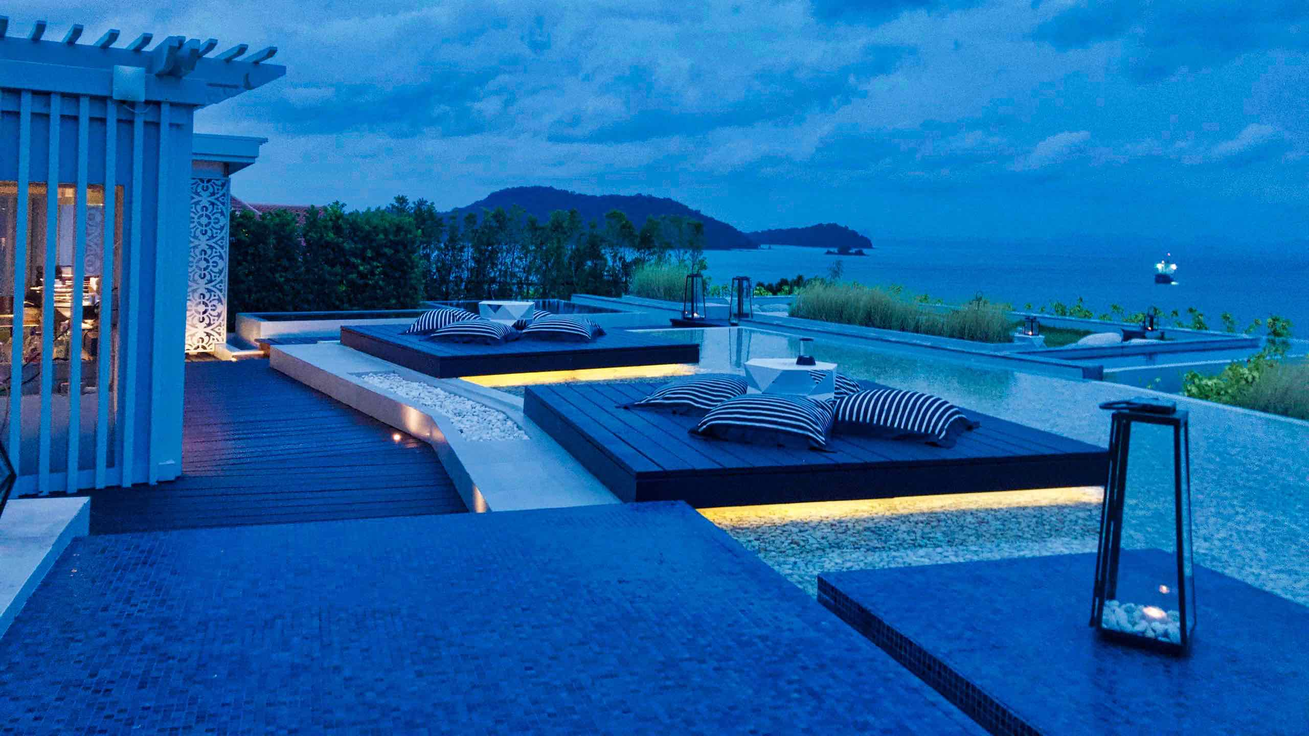 Amatara Wellness Resort Phuket Rooftop Bar bei Nacht