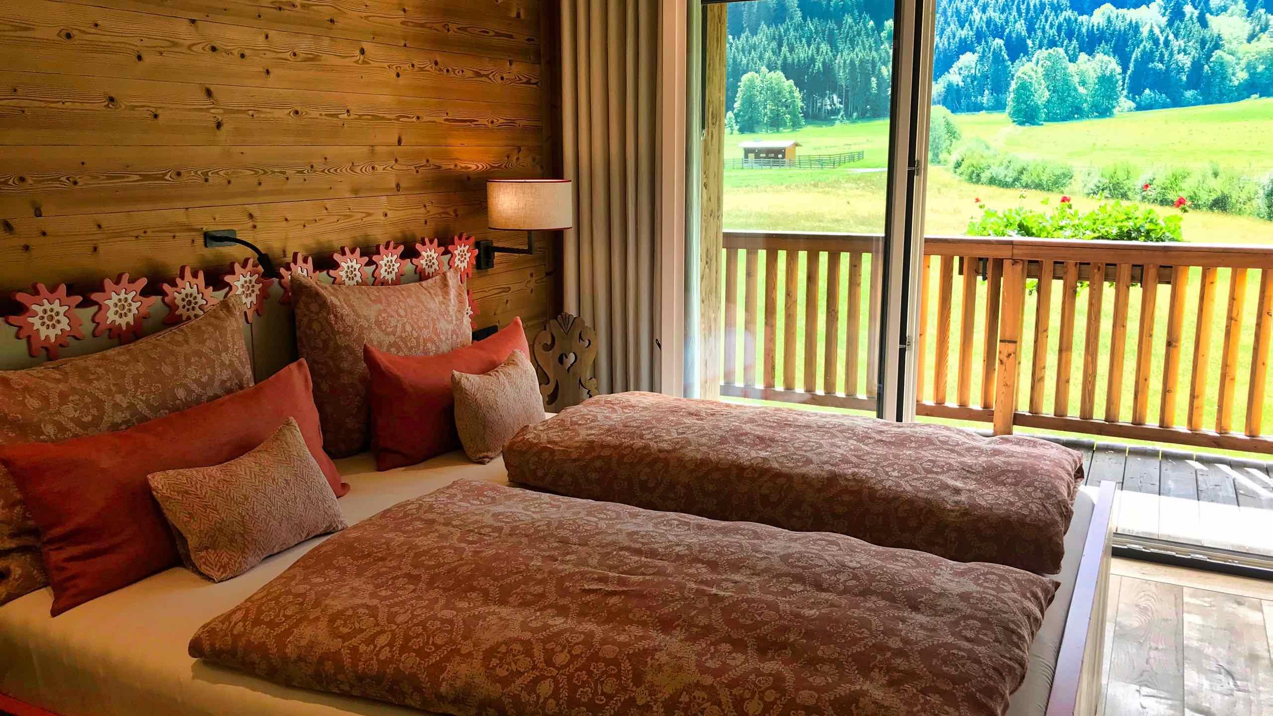Kitzbühel Lodge Schlafzimmer Aussicht in die Natur
