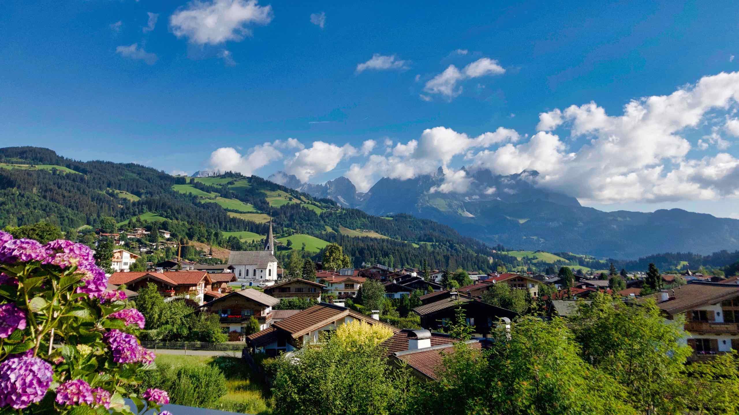 Kitzbühel Lodge Terrasse mit Blick zum Wilden Kaiser im Sommer