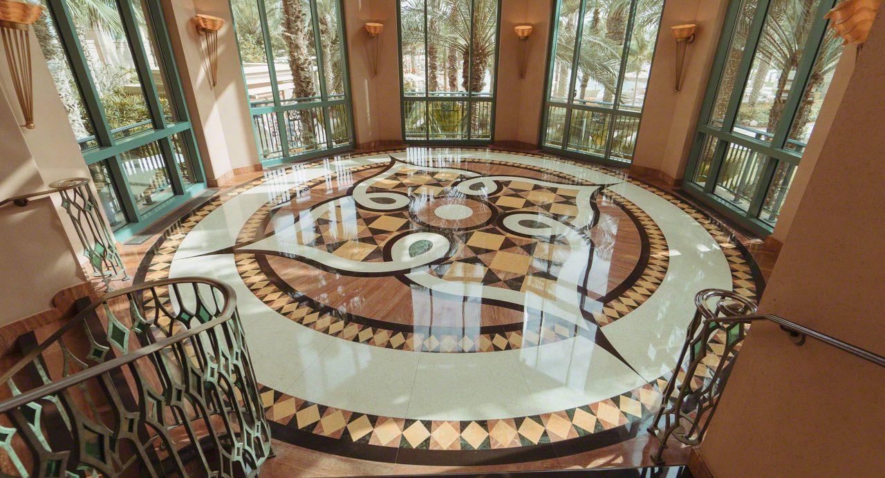 An Platz wird im Atlantis The Palm Dubai nicht gespart, auch nicht im Treppenbereich. Foto © Mirco Seyfert