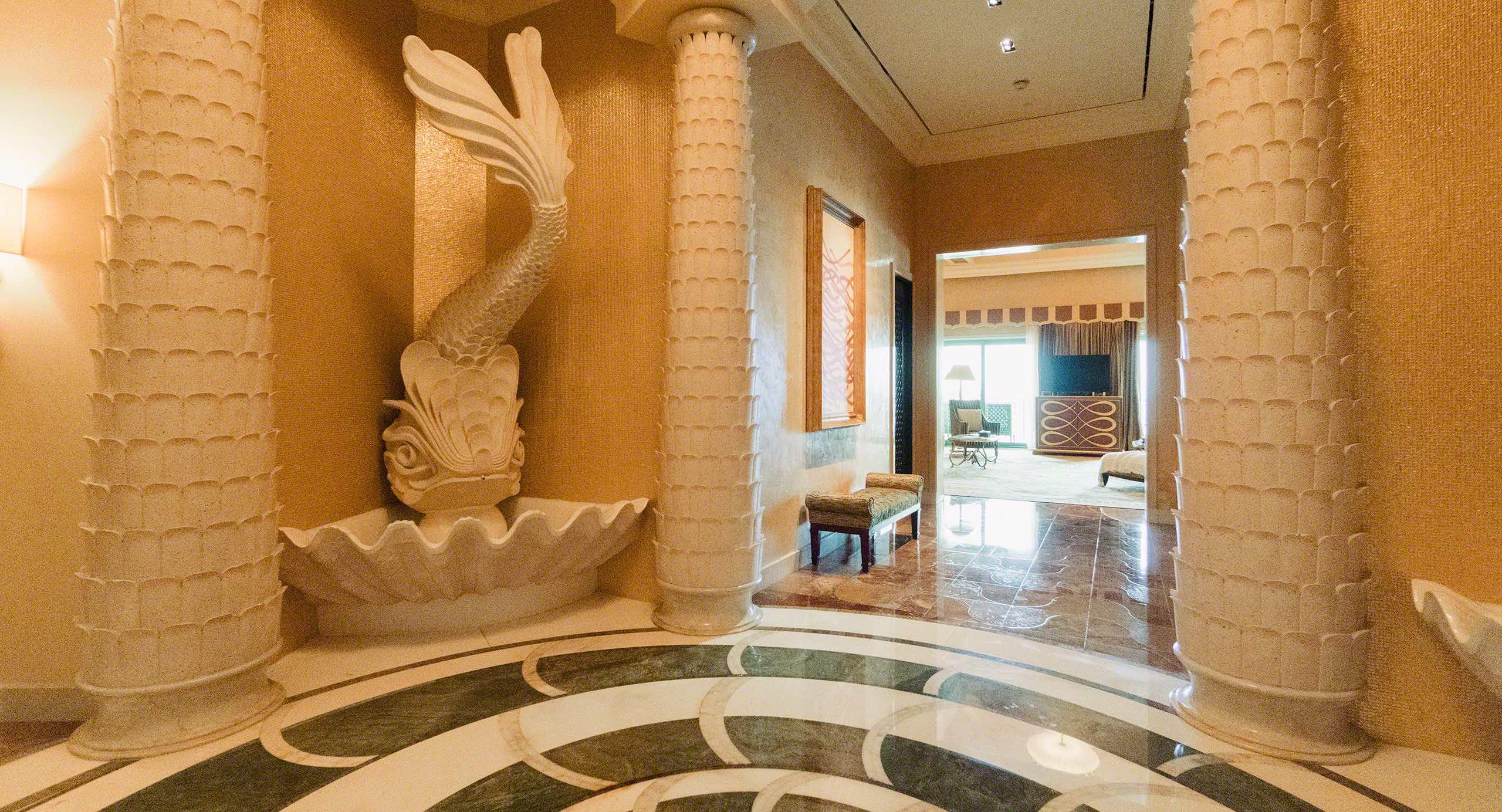 Beeindruckend: Eingangsbereich in der Grand Atlantis Suite. Foto © Mirco Seyfert