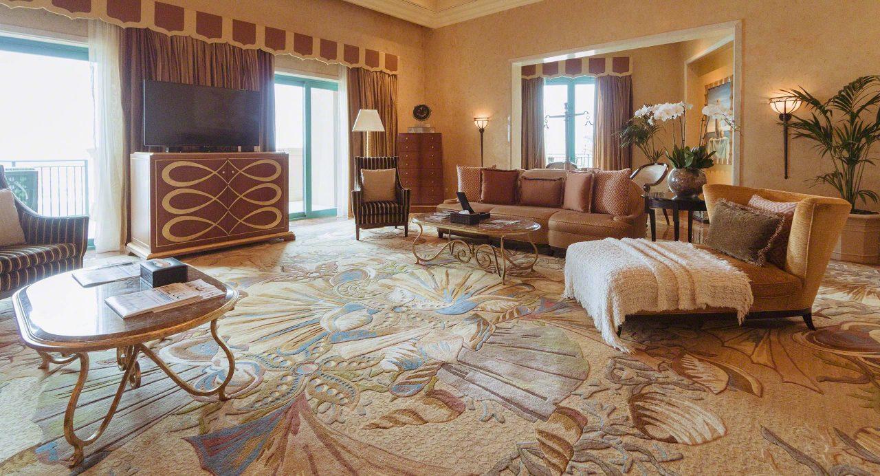 Das Wohnzimmer in der Grand Atlantis Suite. Foto © Mirco Seyfert