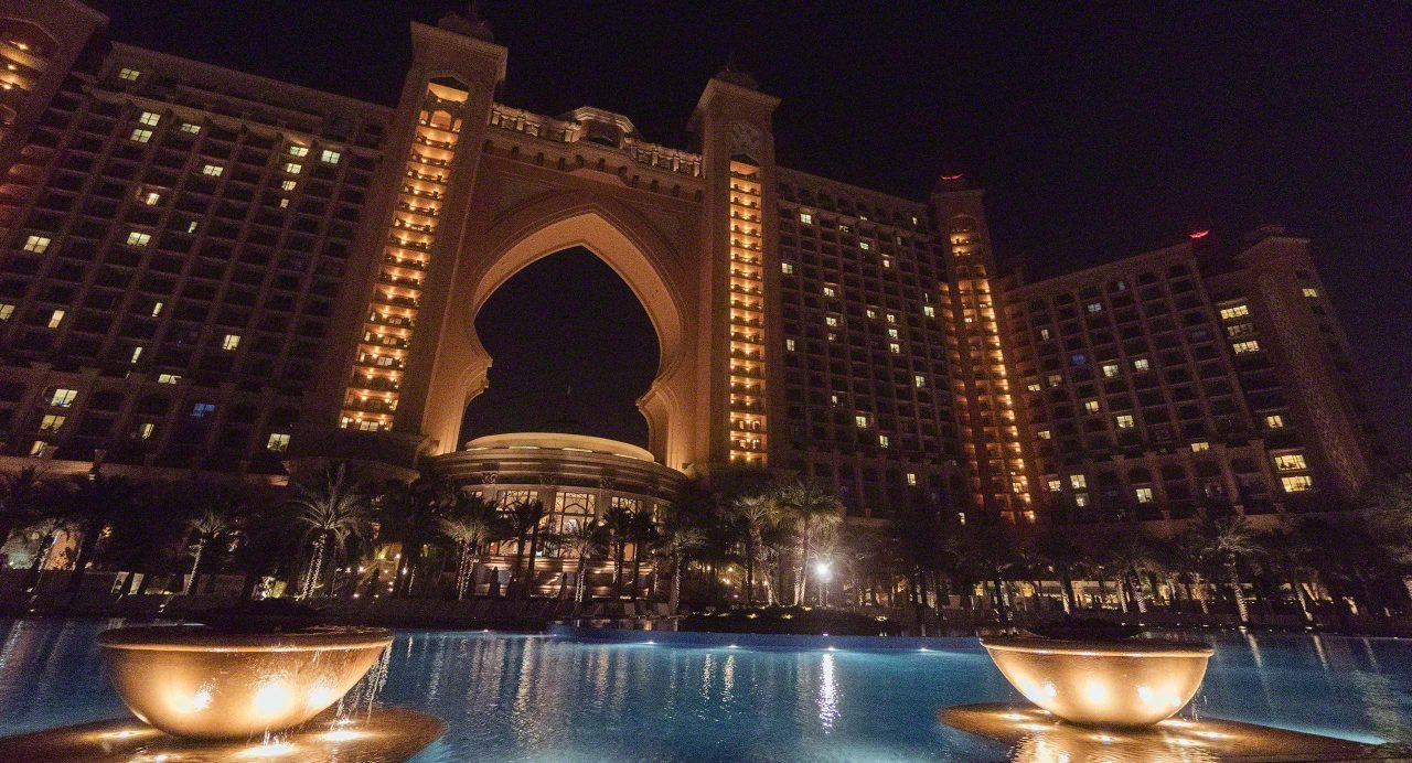 Lichterscheinung: Hotel Atlantis The Palm bei Nacht. Foto © Mirco Seyfert