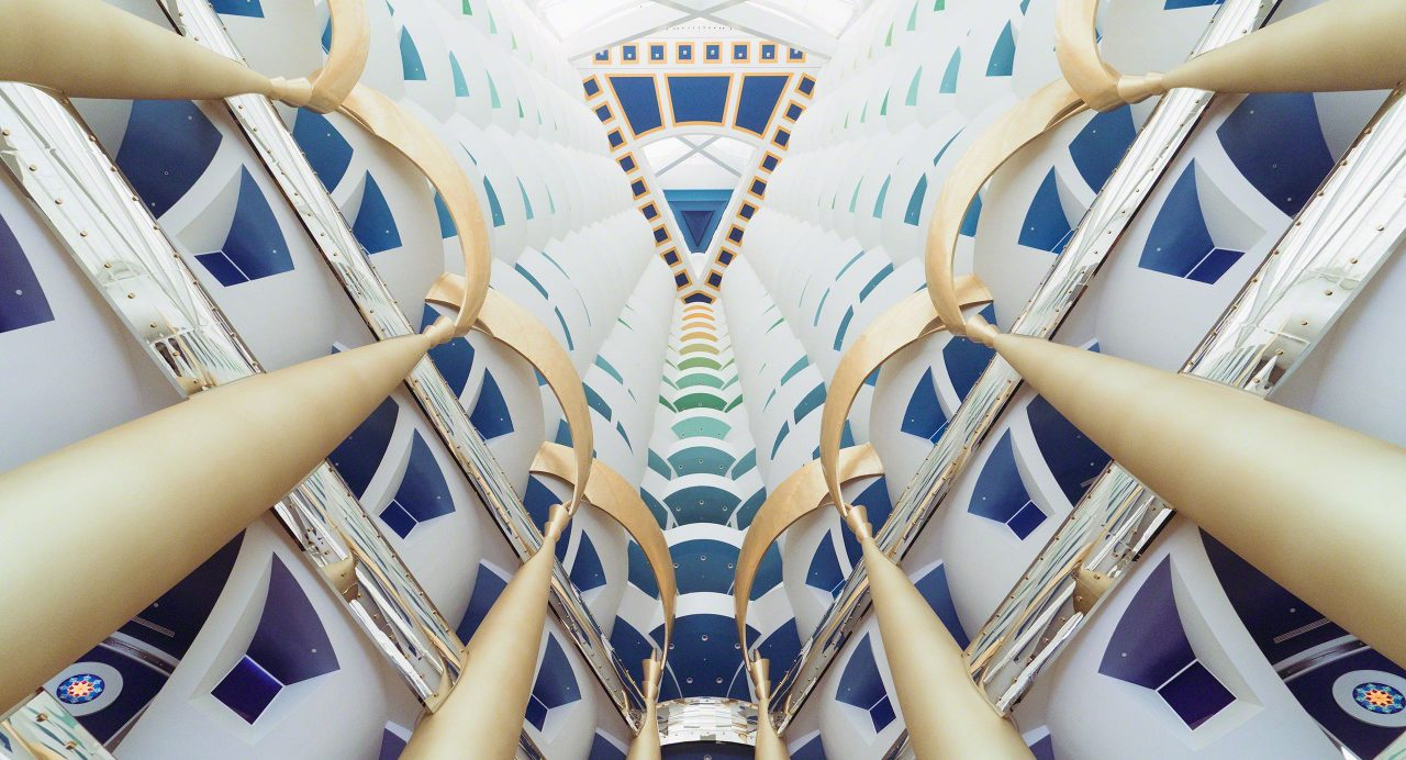 Burj Al Arab: beeindruckende Atrium Lobby aus Glas, Stahl, Carrara-Marmor, Granit, Mosaik und Blattgold. Foto © Mirco