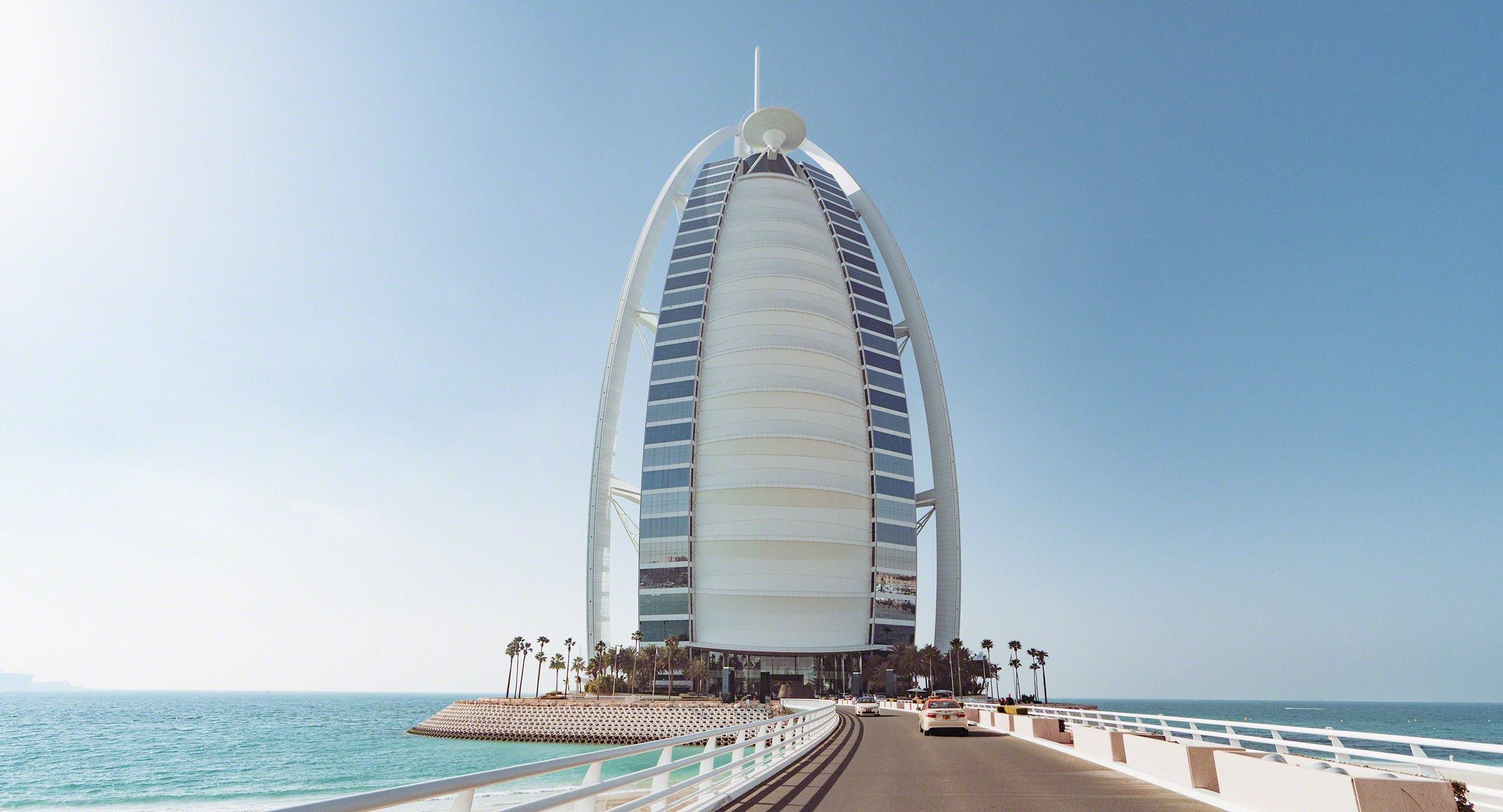 Eine Brücke samt Schranke hindert den freien Zutritt zum Luxushotel Burj Al Arab. Foto © Mirco Seyfert
