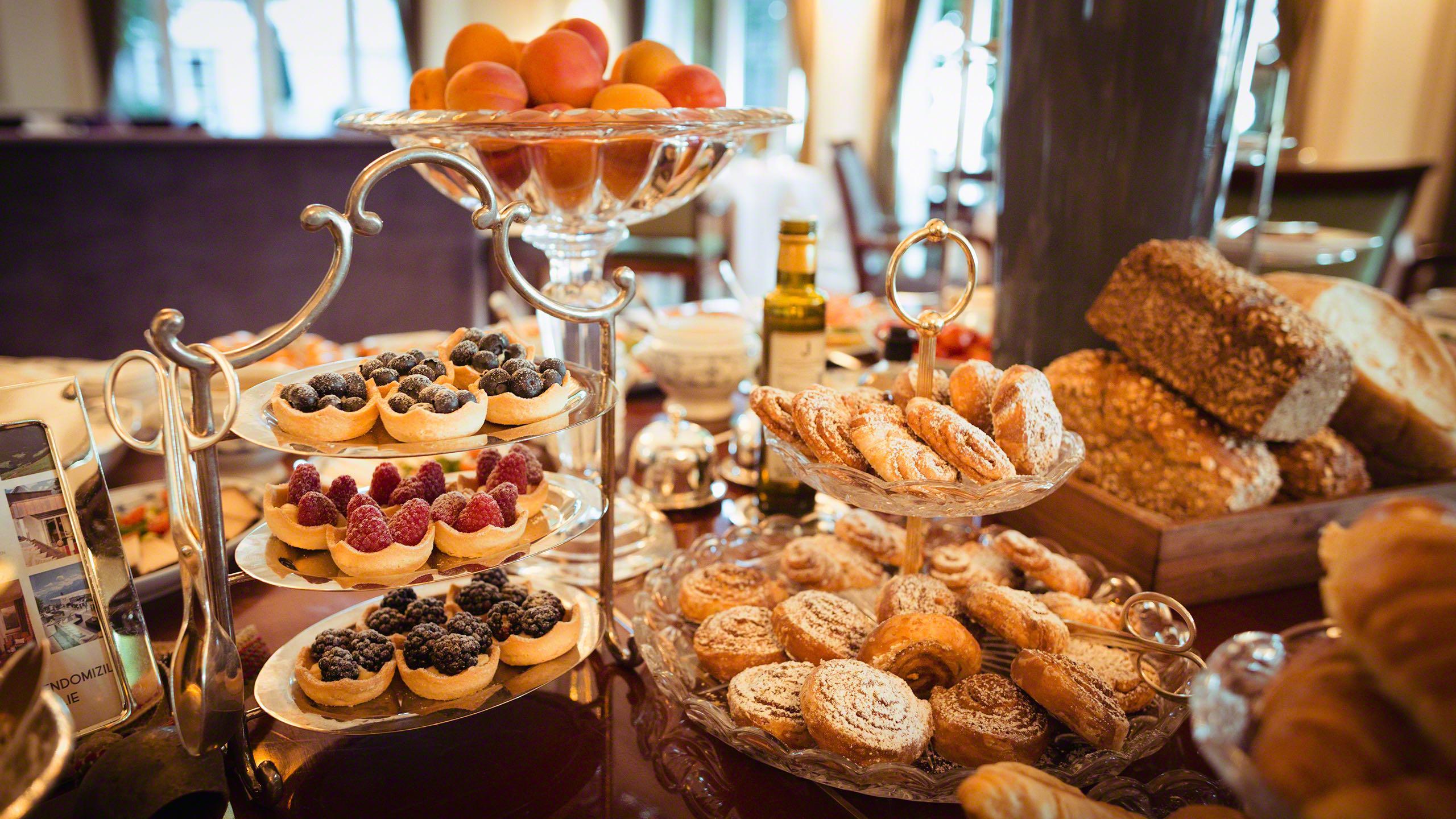Hotel Louis C. Jacob Hamburg Frühstücks Buffet mit süßem Gebäck, köstlichen Kuchen, Brot, Croissants, Aprikosen