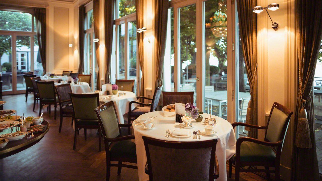 Restaurant im Hotel Louis C. Jacob Hamburg eingedeckt mit Blick auf die wunderschöne grüne Lindenterrasse und die Elbe