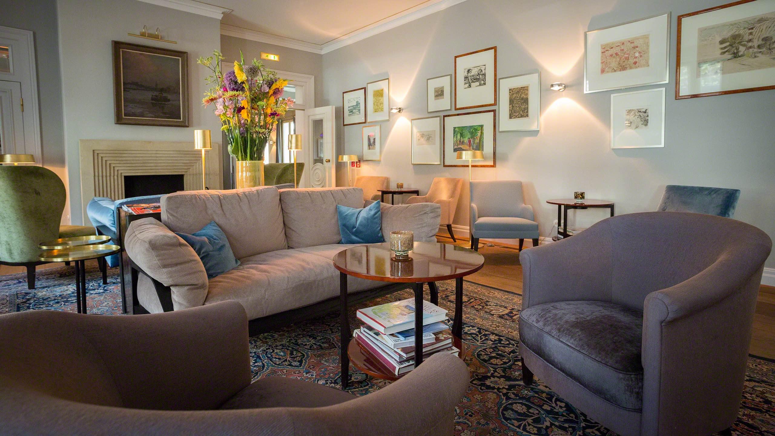 Hotel Louis C. Jacob Hamburg Wohnhalle mit Sofas und Sesseln zum Entspannen