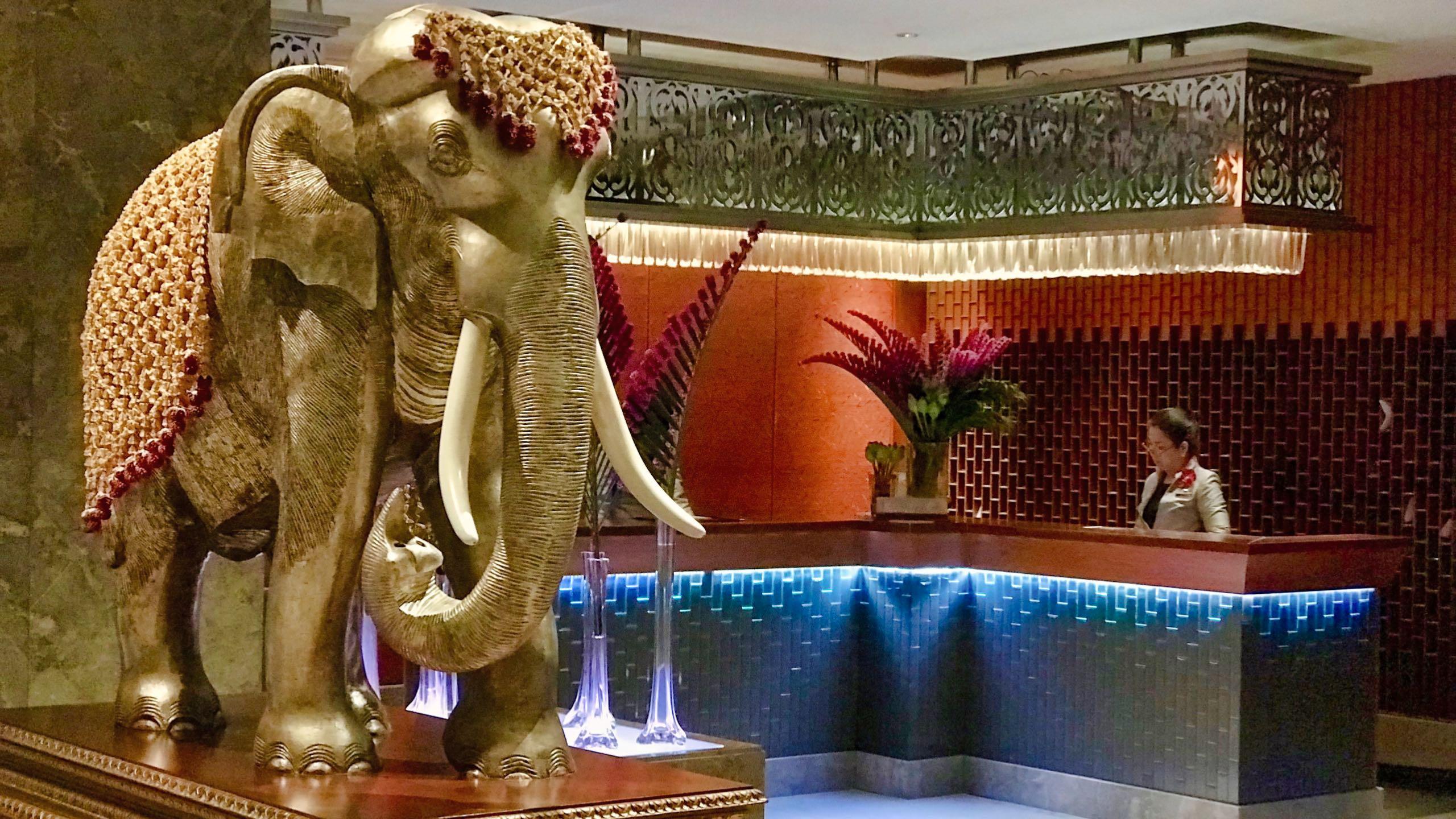Elegant, raffiniert und mit luxuriösem Thai-Dekor, die Mandarin Oriental Lobby.