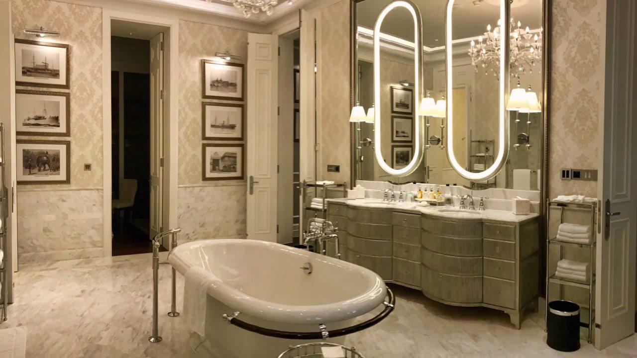 Ein weiteres Design-Highlight, das Badezimmer mit freistehender Badewanne.