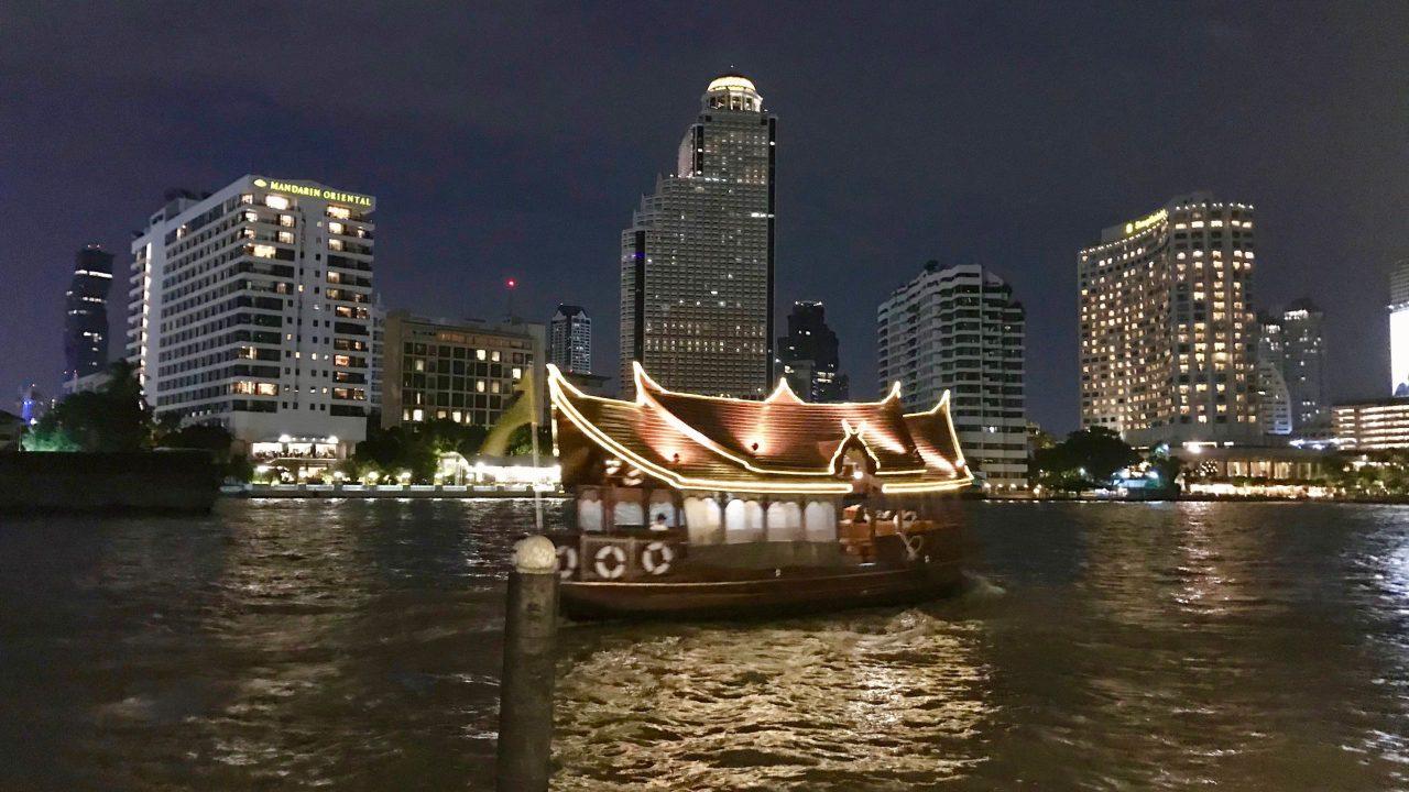 """Stilvoll. Ein Hotel Shuttle bringt dich auf die andere Flussseite - ins hoteleigene Restaurant, das """"Sala Rim Naam""""."""