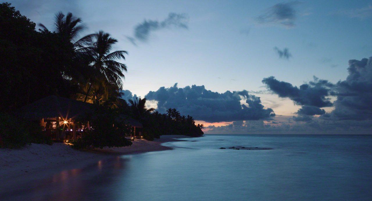 Restaurant-Stimmung am Abend auf Kuramathi Island Malediven.