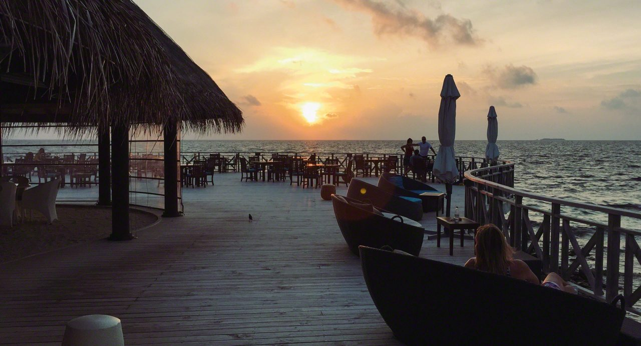 Huvan Bar auf Bandos, die Sonne zum Greifen nah. Foto © Mirco Seyfert
