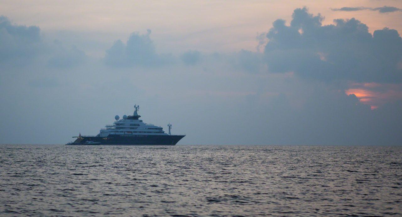 Octopus, eine Mega Yacht vor Anker. Foto © Mirco Seyfert