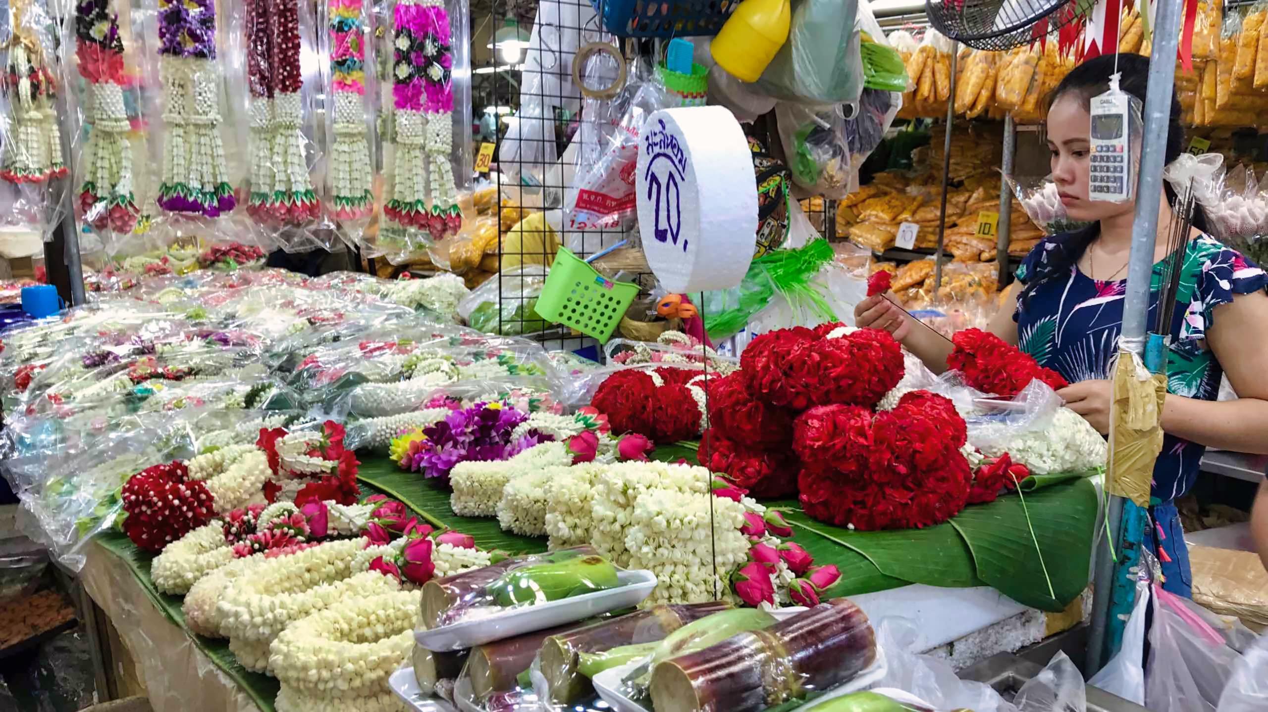 """Bunt und duftend, soweit das Auge reicht. Der größte Blumenmarkt Thailands, """"Flower Market""""."""