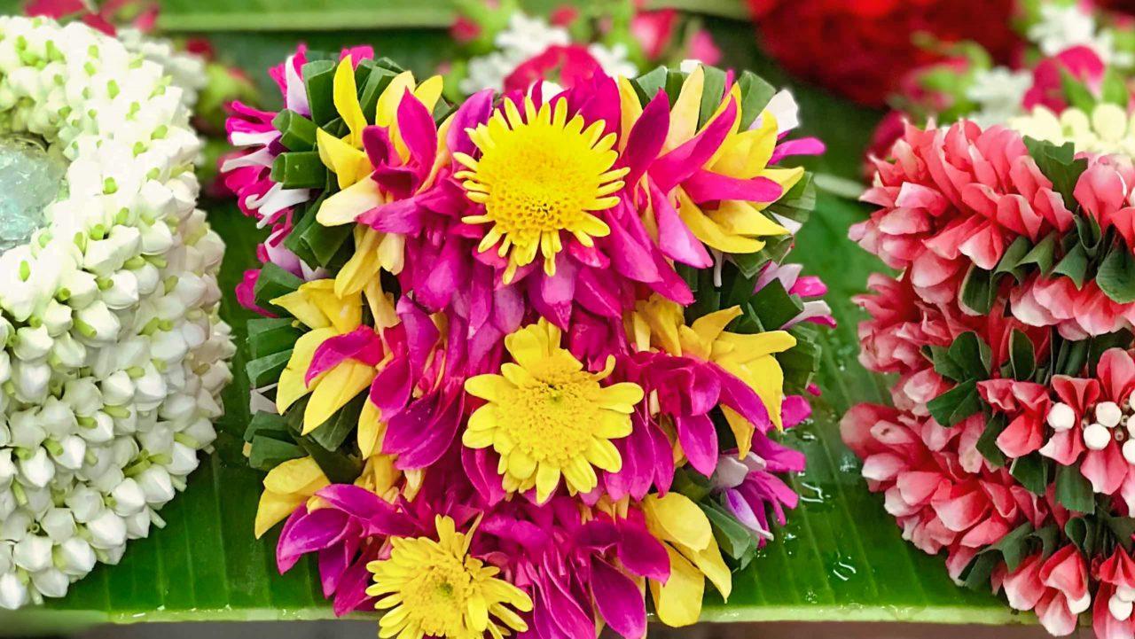 """Wahre Kunst, Thailands größter Blumenmarkt, der weltberühmte """"Flower Market""""."""