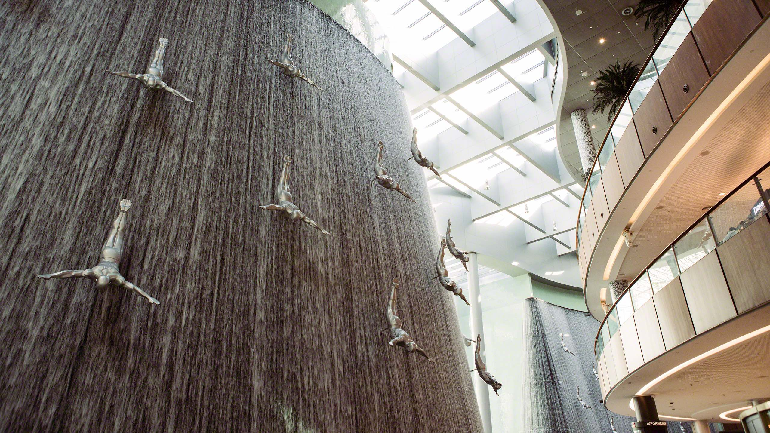Kunstvoll in die Dubai Mall integrierter gigantischer Wasserfall mit Skulpturen