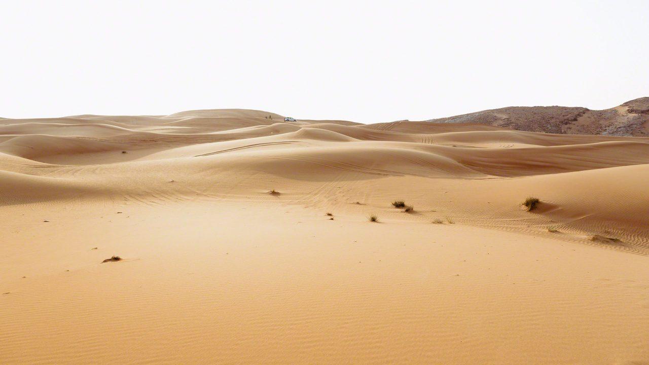 Wüstenzauber, Sonne zeichnet Schattenrisse in den Sand. Foto © Mirco Seyfert