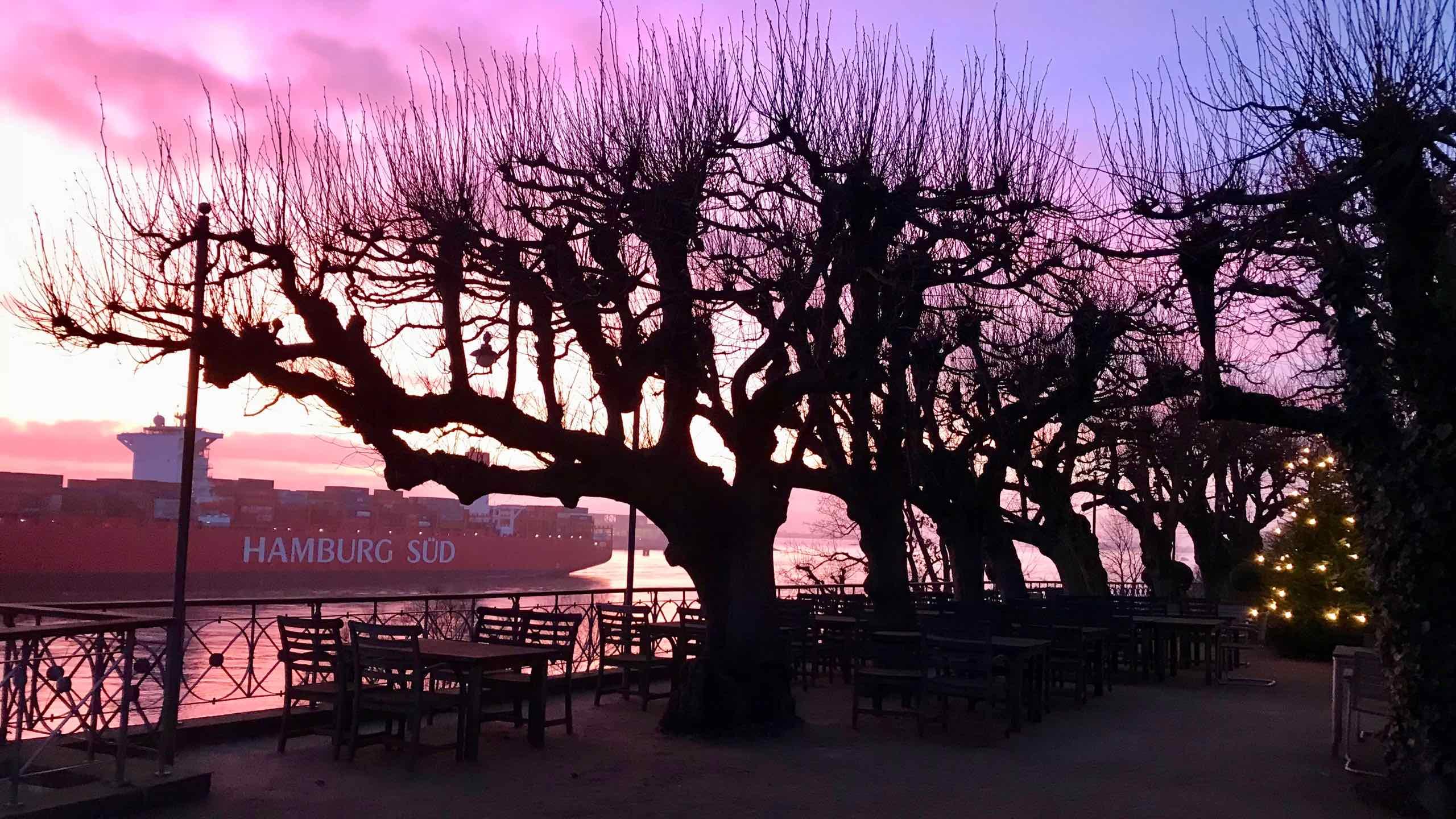 Hafenpanorama: In einem wahren Farbenmeer verabschiedet sich die Sonne hinter dem Horizont.