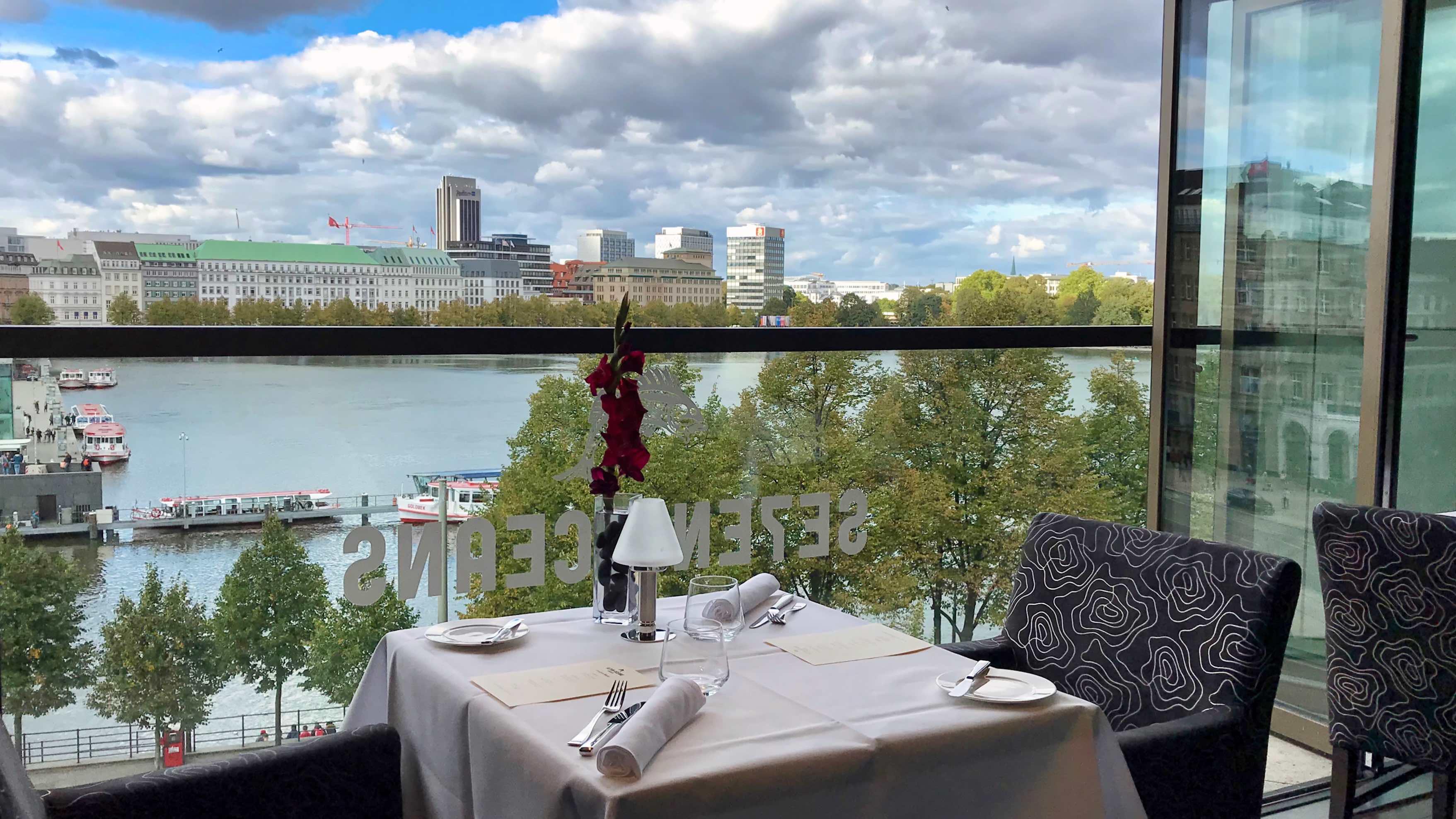 Doppelt genießen: Alsterpanorama und die Sternekunst im Hamburger Restaurant Se7en Oceans.