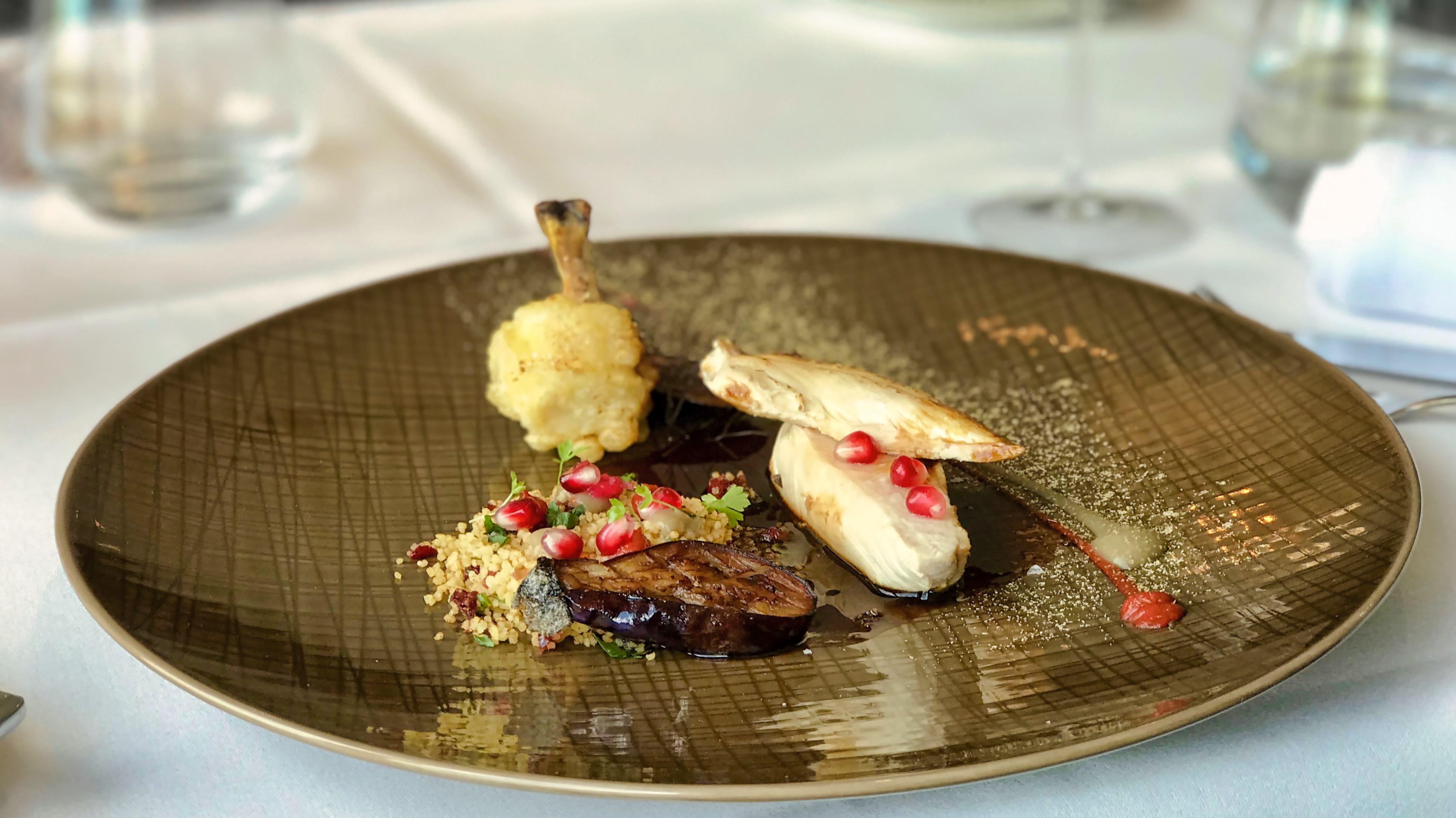 Genuss und perfekte Inszenierung: Maispoulardenbrust mit Couscuss, orientalischer Würze und Aubergine im Restaurant Se7en Oceans.