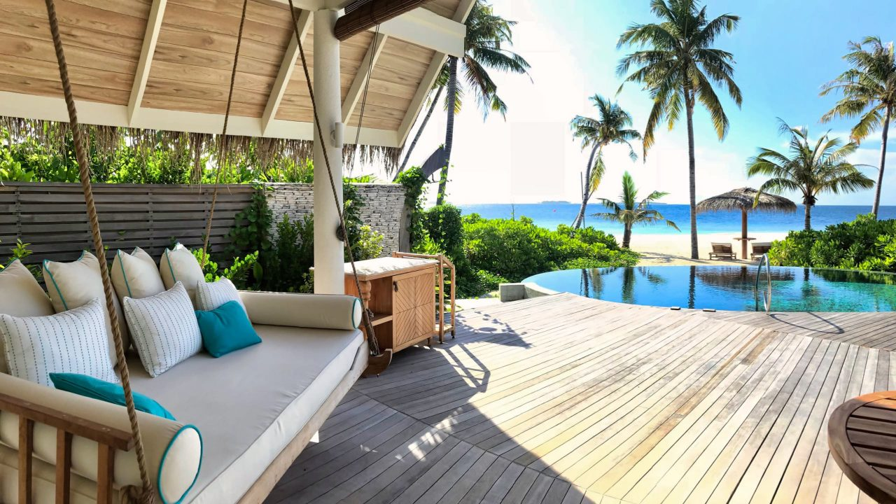 Milaidhoo Island Malediven Beach Villa Schaukel und Pool