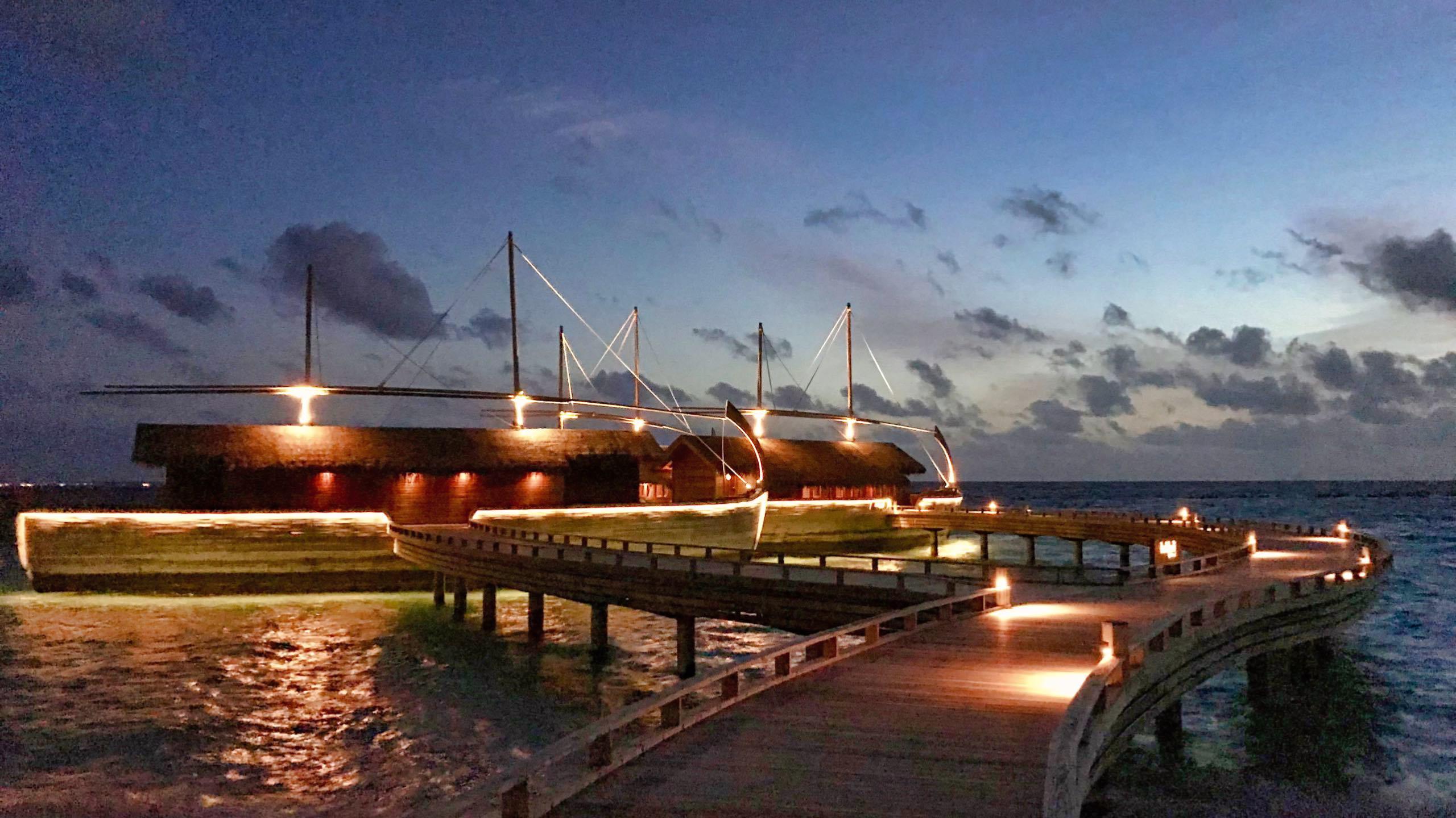Milaidhoo Island Malediven Dhoni Restaurant bei Nacht