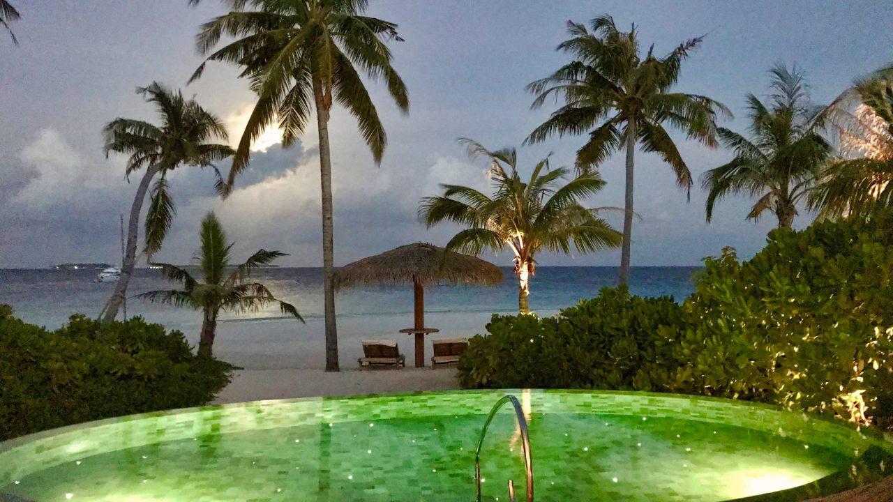 Milaidhoo Island Malediven Pool bei Nacht Beach Villa
