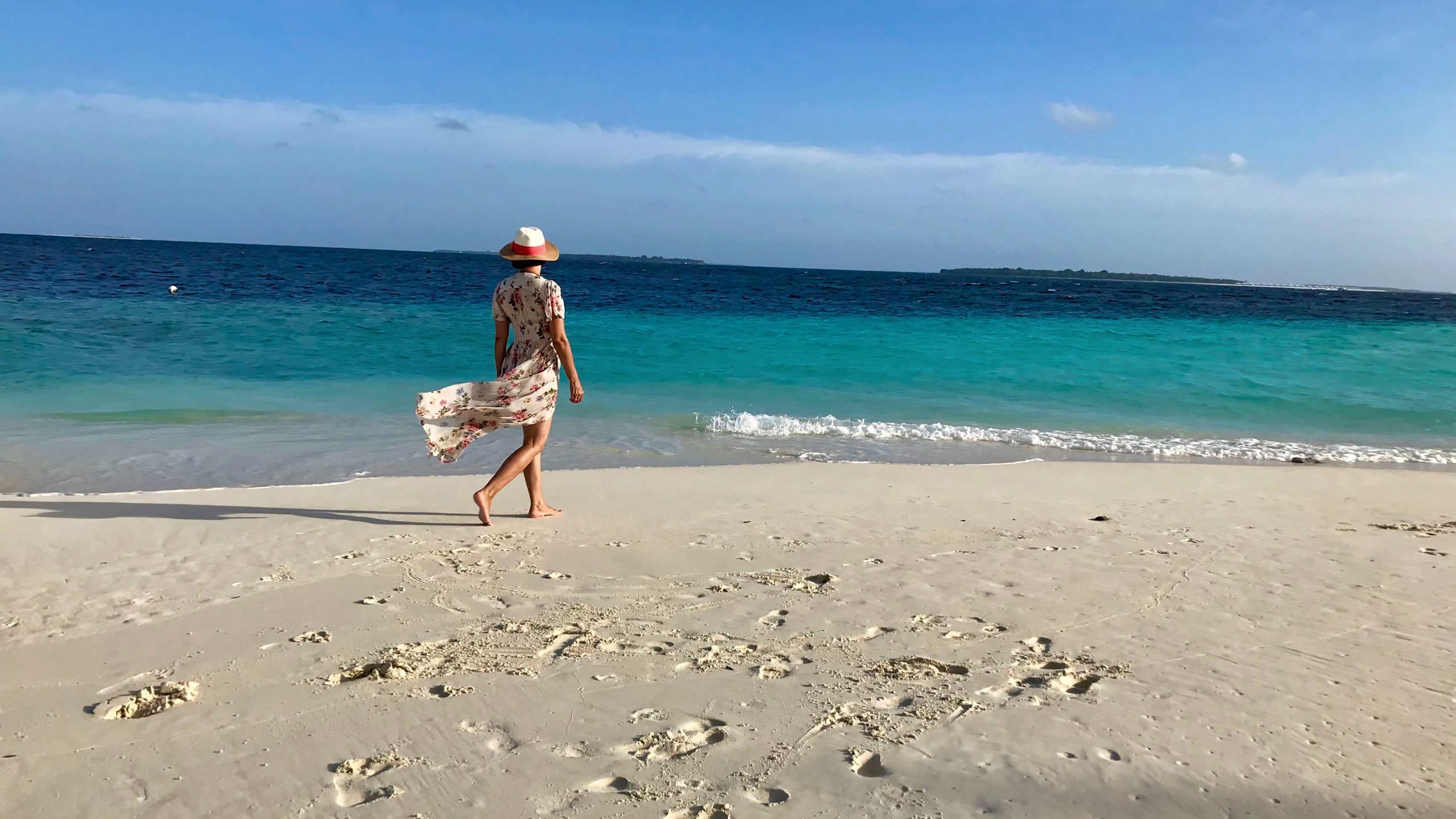Milaidhoo Island Malediven Spaziergang am Strand
