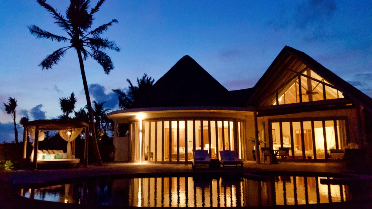 Milaidhoo Island Malediven Villa bei Nacht