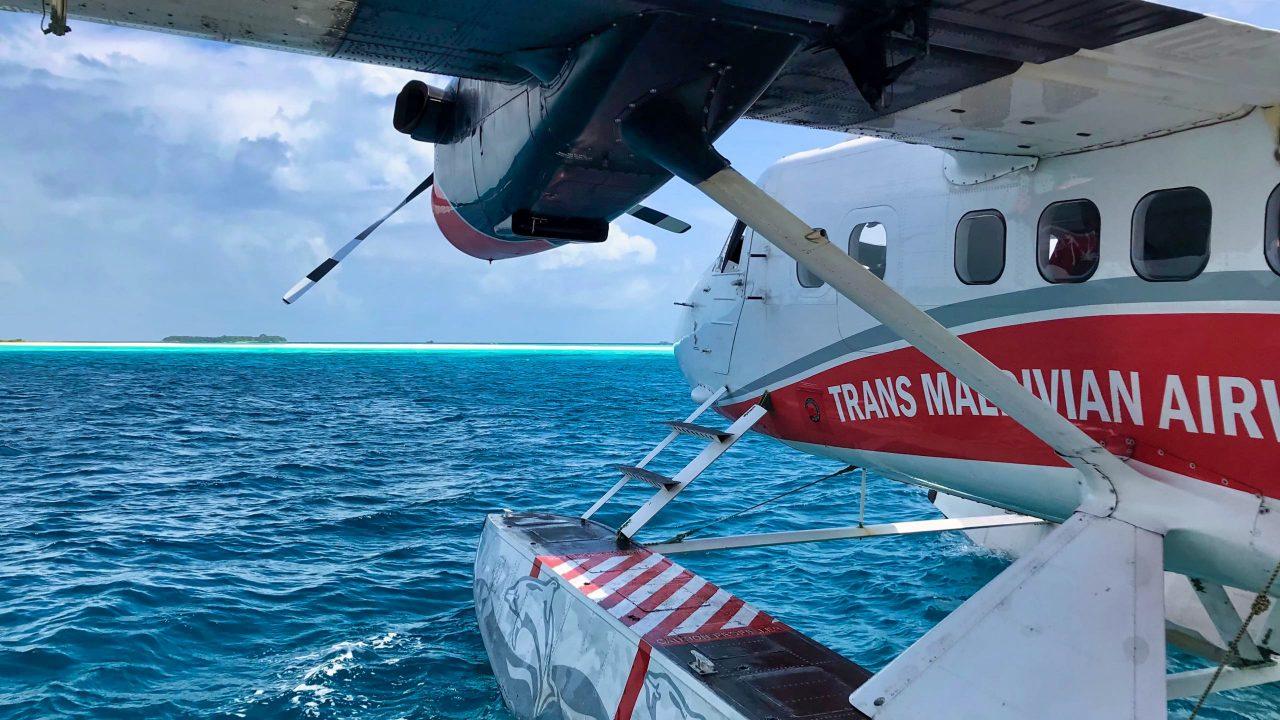 Der 30 Minuten Airtaxi-Flug über die Inseln mit Sandlagunen im blauen Ozean ist bereits ein Erlebnis