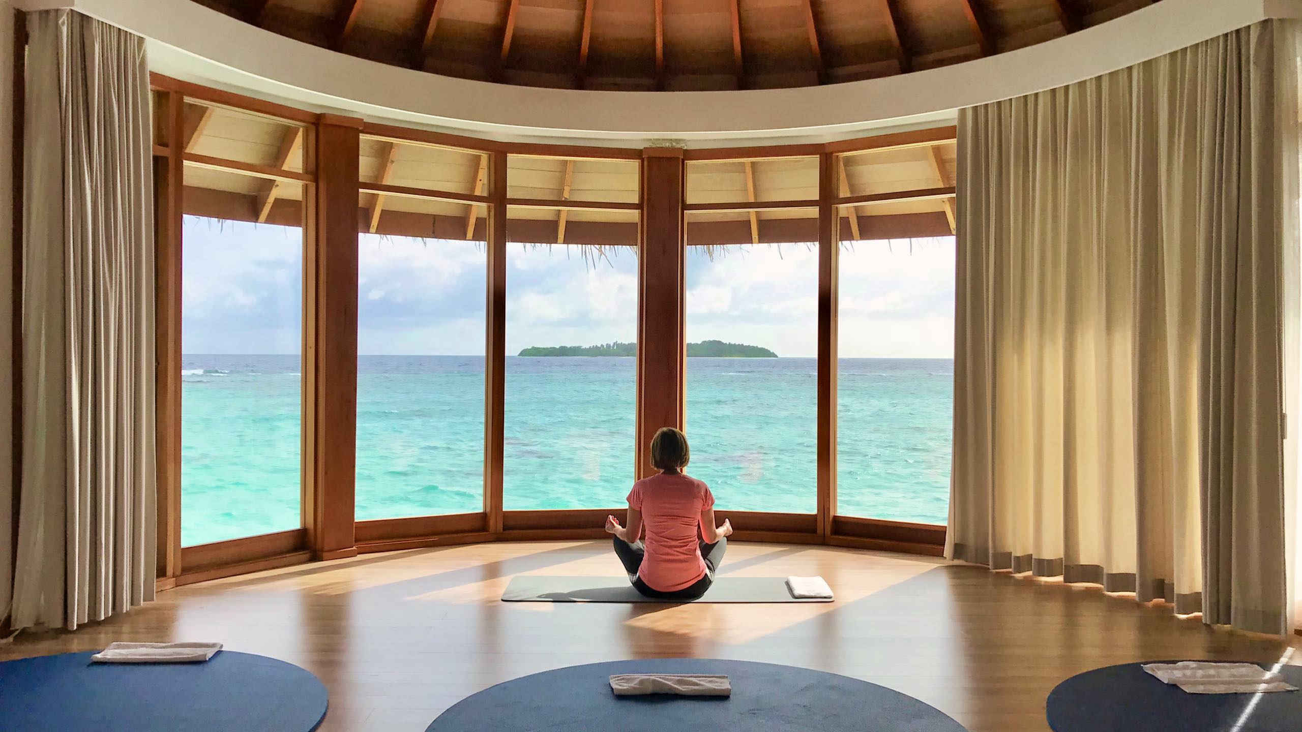 Milaidhoo Island Malediven Yoga im Over Water Pavillon